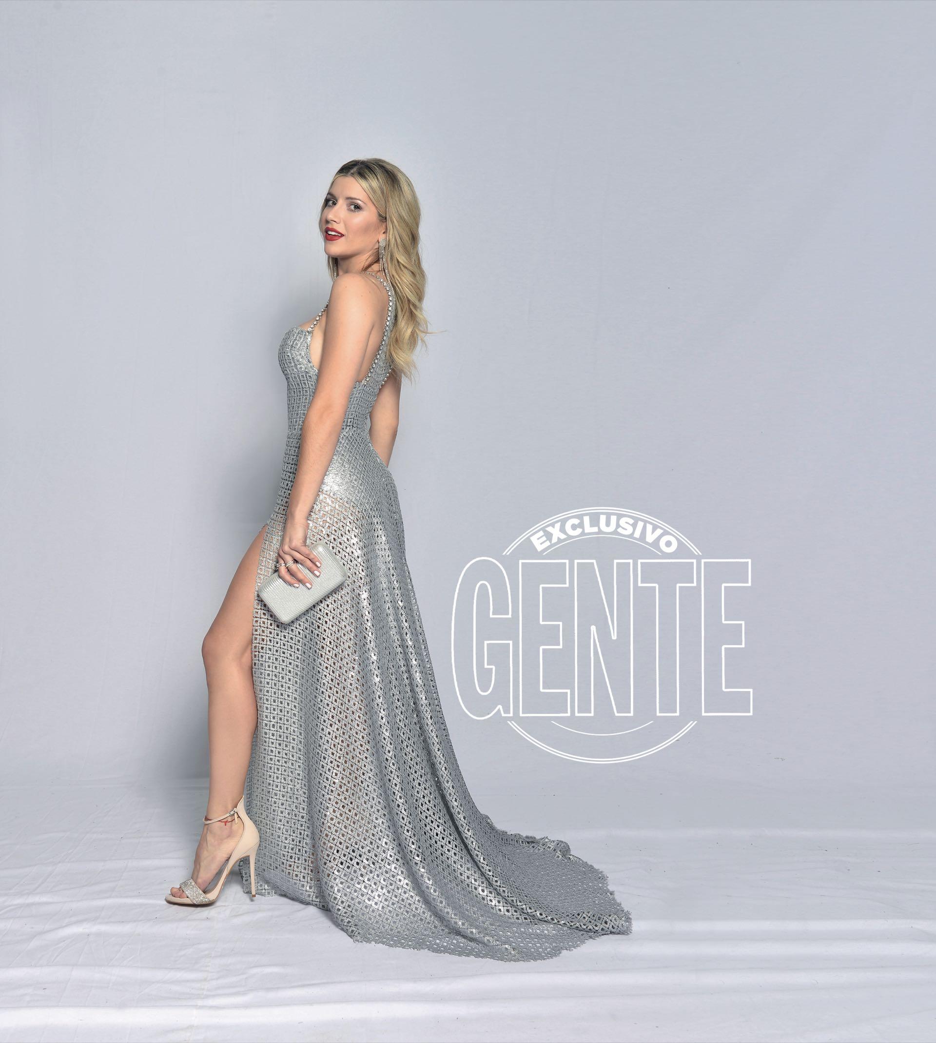 Laurita Fernández en diseño silver by Laurencio Adot, zapatos de Saverio Di Ricci, clutch Luna Garzón y joyas de Santino.
