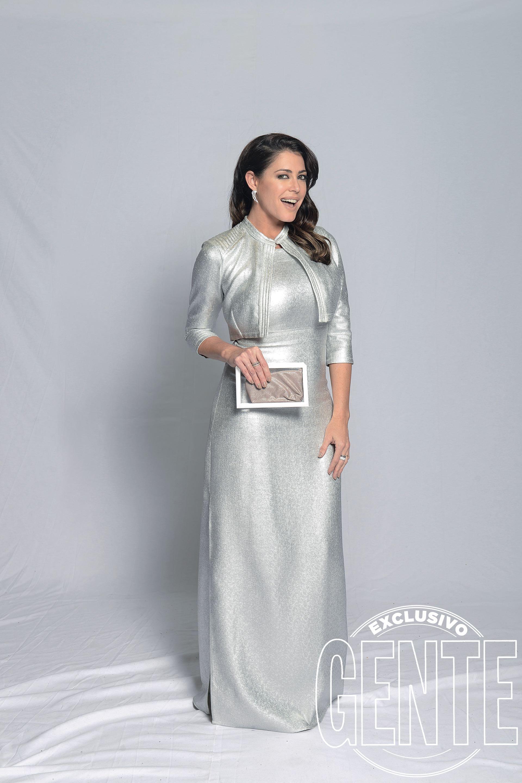Pamela David con vestido y chaqueta en plata por Vevu, zapatos Saverio Di Ricci, clutch Blanche y joyas Simonetta Orsini.