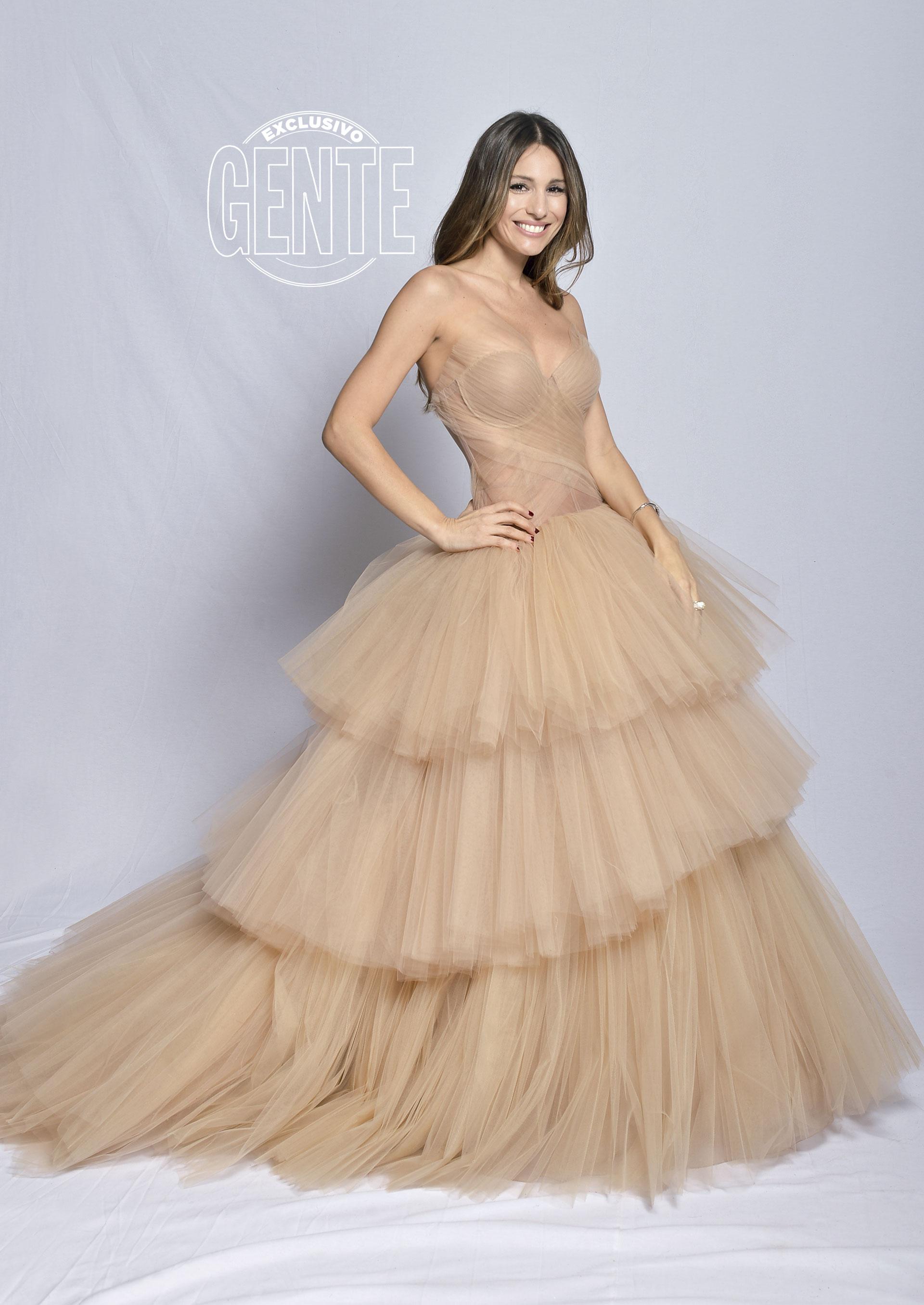Pampita por Saiach, en vestido de organza de seda natural nude, con 110 metros de tul, zapatos Sarkany y joyas de Rubí Rubí.