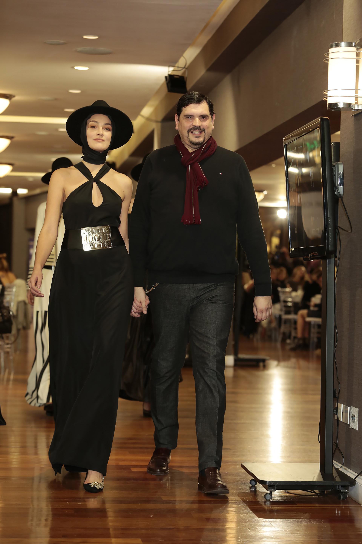 El diseñador Marcelo Senra junto a sus modelos