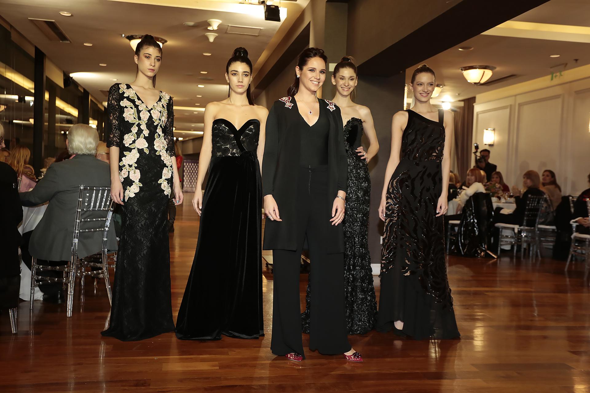 Natalí Márquez junto a sus modelos, que presentaron la nueva colección de Brezza