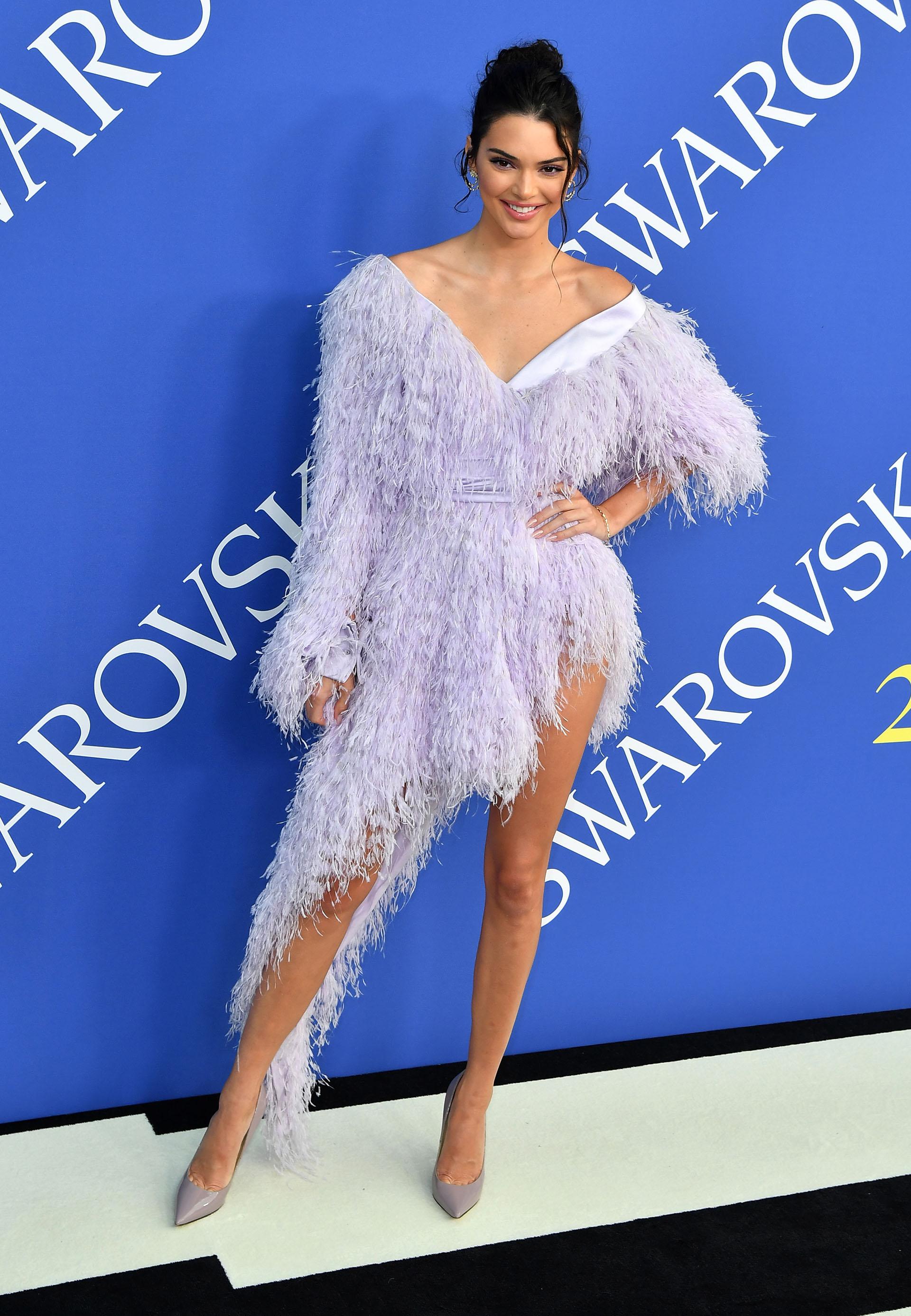 La modelo Kendall Jenner optó por un vestido vanguardista con corte asimétrico de plumas, una creación de Alexandre Vauthier, y zapatos nude de Jimmy Choo