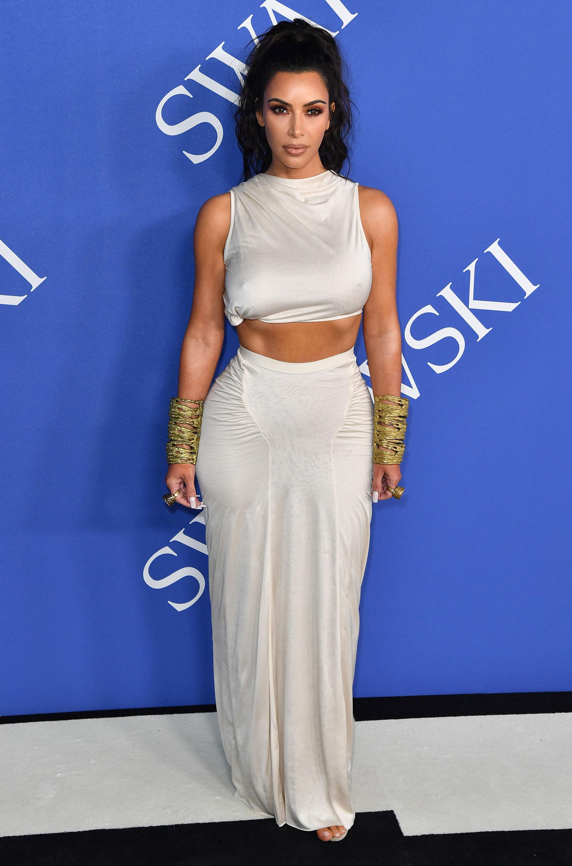 Kim Kardashian, fiel a su estilo, con un look inspirado en la moda griega del diseñador Rick Owens