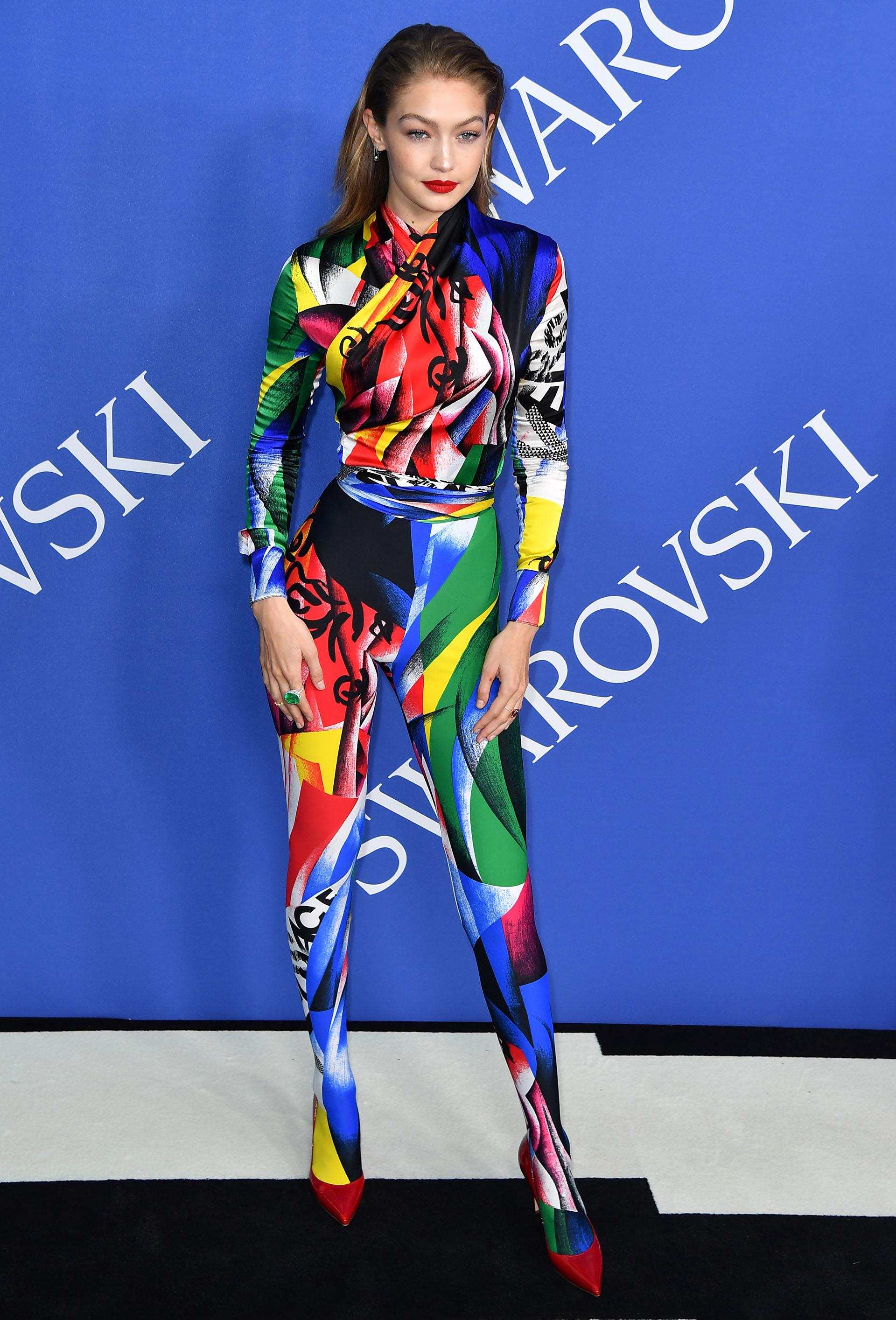 Gigi Hadid con un total look por Versace