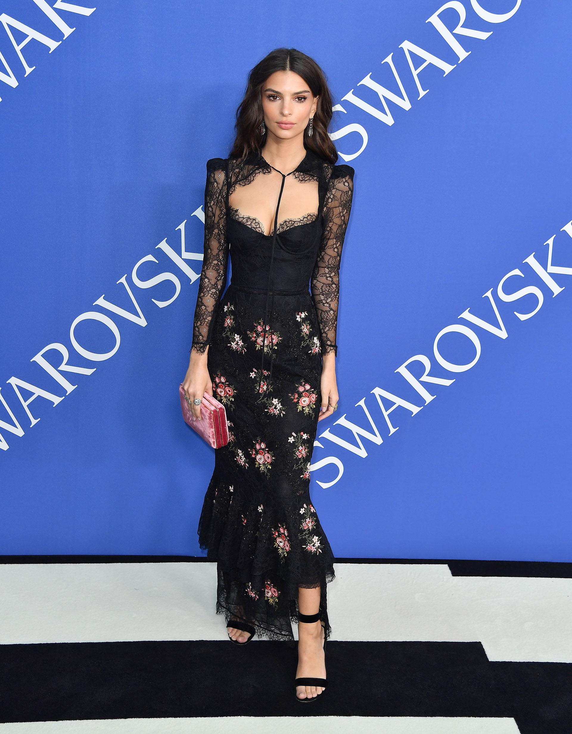Emily Ratajkowski, con un vestido que fusiona dos de las tendencias de la temporada: los detalles lenceros y el estampado floral. Una creación, de Brock Collection