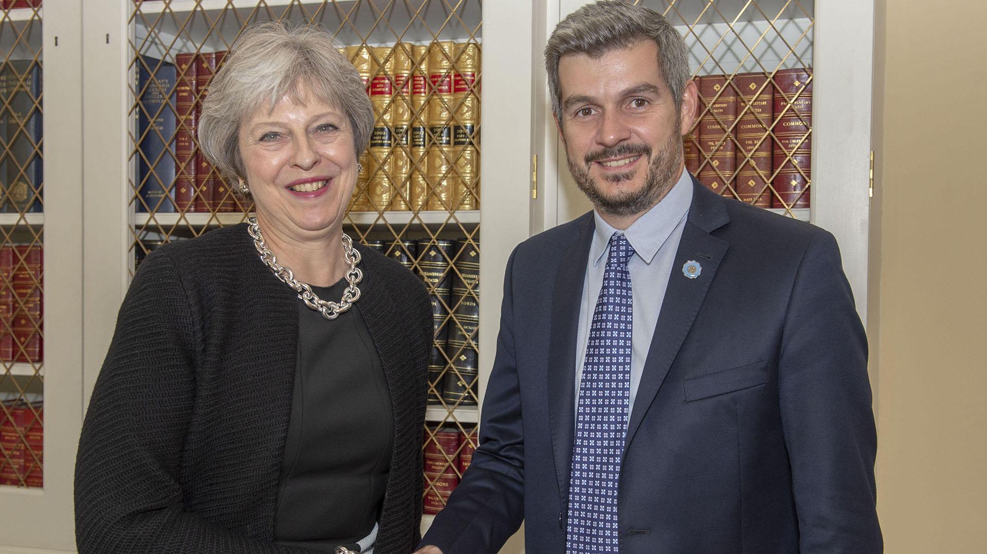 En su reciente viaje por Inglaterra, Marcos Peña se reunió con Theresa May (Presidencia)