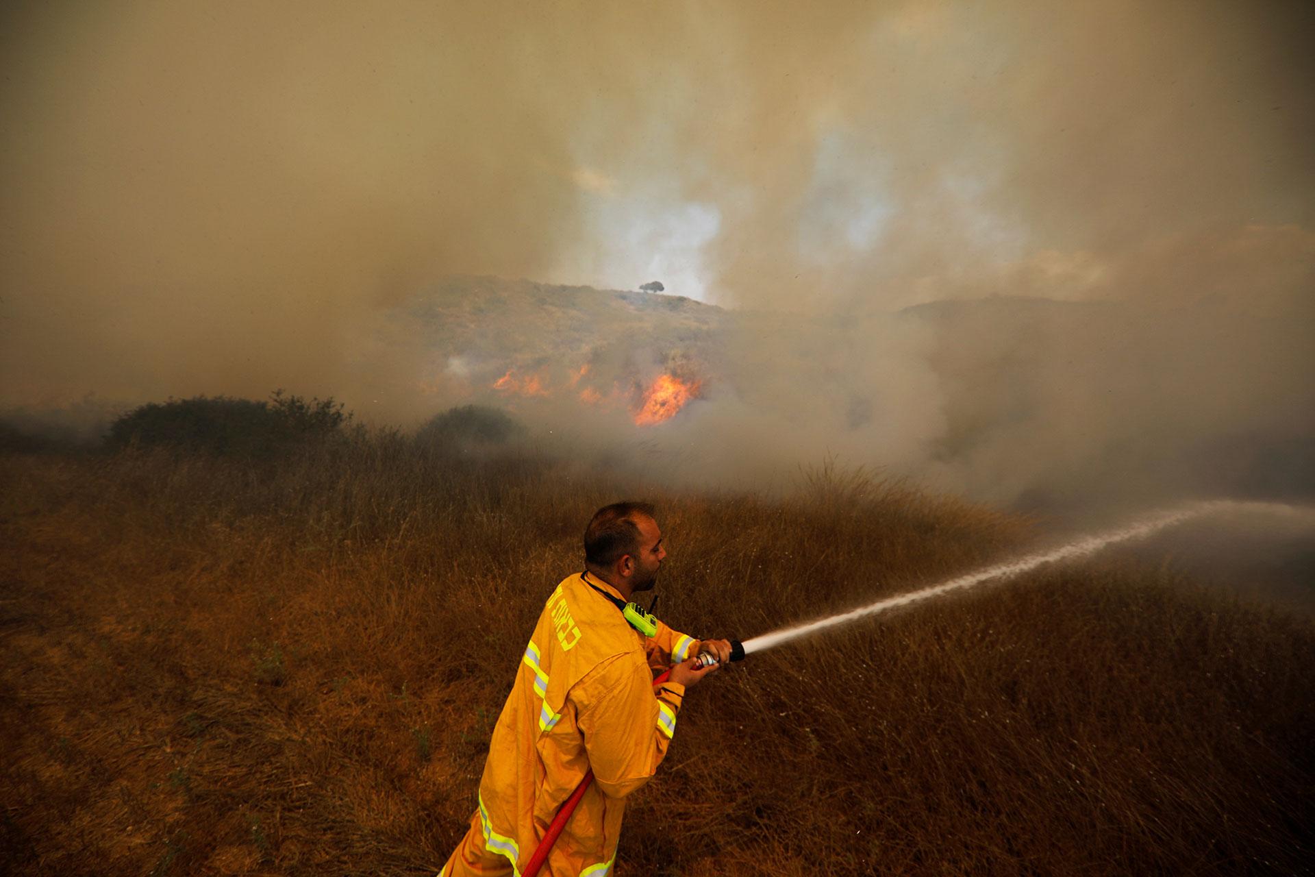 Bomberos israelíes trabajando en uno de los incendios (Reuters)