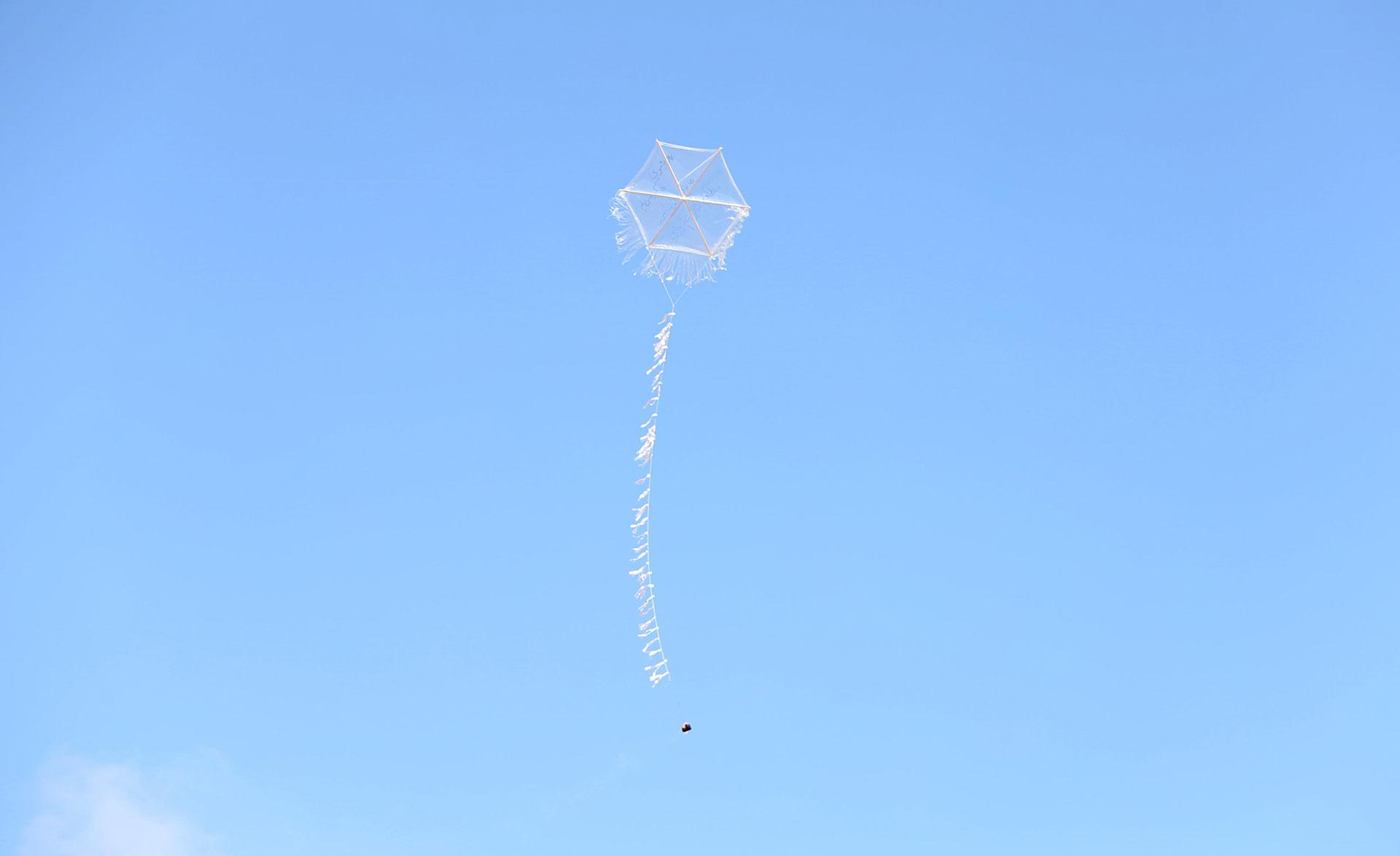 Las cometas que portan elementos incendiarios pueden cruzar fácilmente la frontera y adentrarse en Israel, donde vuelan a la deriva antes de caer (Reuters)