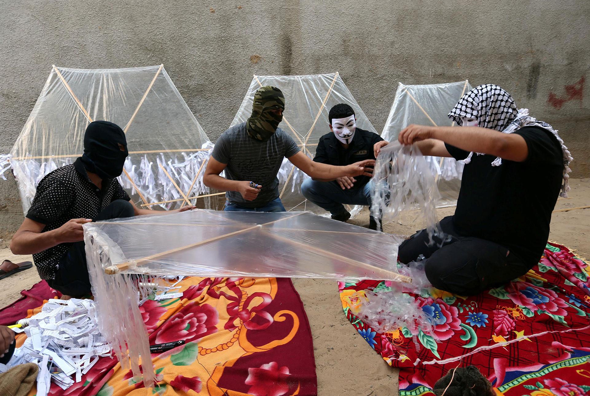 Encapuchados, los palestinos trabajan en su última arma terrorista (Reuters)