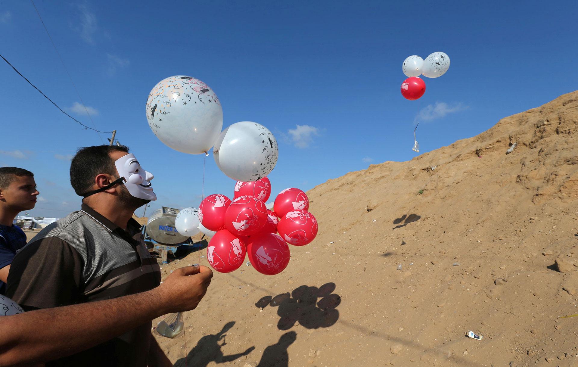 También los globos cargados de helio se usan para lanzar estos artefactos incendiarios (Reuters)