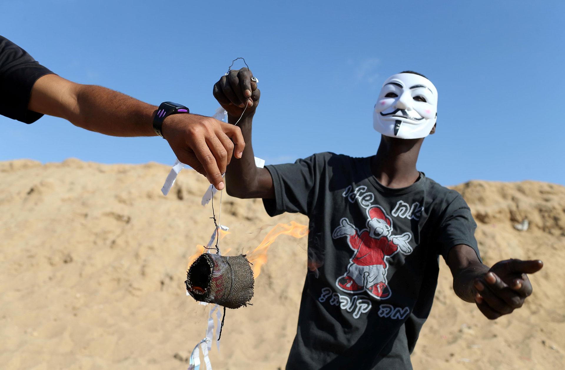 Este grupo de palestinos utiliza máscaras de Guy Fawkes, como las usadas por el movimiento Anonymous, para ocultar su identidad (Reuters)