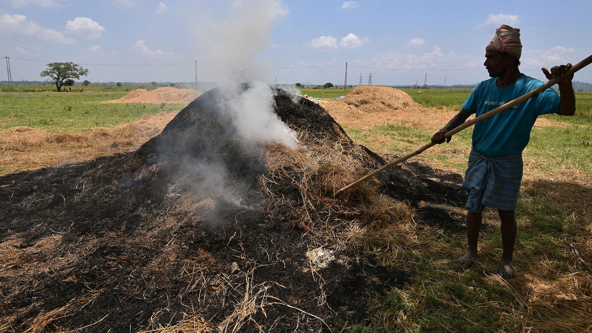Un trabajador rural quema basura en un campo en la ciudad de Mayongen el noreste de Assam, India(REUTERS/Anuwar Hazarika)