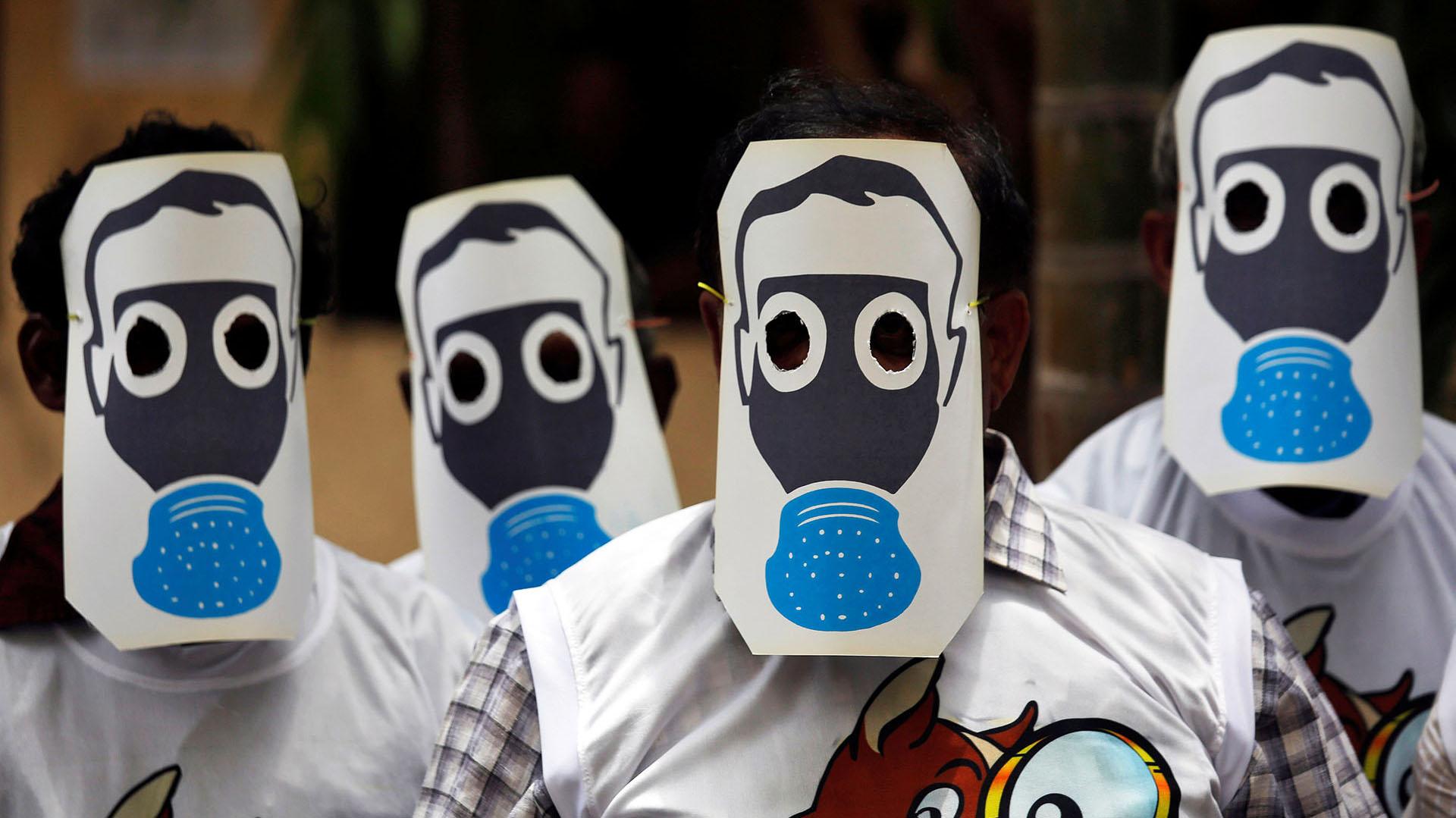 Manifestantes protestan contra la contaminación ambiental con máscaras que simulan máscaras de gas, en el Día Mundial del Medio Ambiente en Mumbai, India (REUTERS/Francis Mascarenhas)