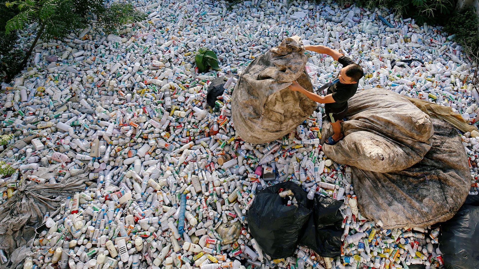 Un vietnamita recicla botellas de plástico en la ciudad de Xa Cau,en las afueras de Hanoi, Vietnam(REUTERS/Kham)