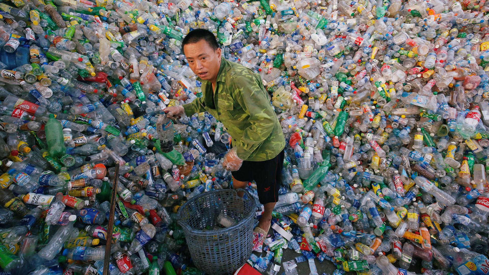 Un vietnamita recicla botellas de plástico en la ciudad deXa Cau, en las afueras de Hanoi, Vietnam (REUTERS/Kham)