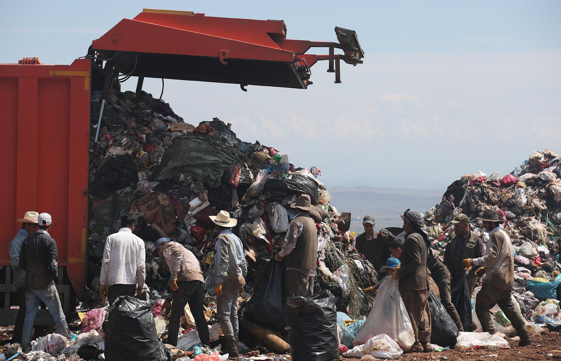 Recolectores de basura buscan deshechos reciclables en un vertedero en el Día Mundial del Medio Ambiente en Diyarbakir, Turquía (REUTERS/Umit Bektas)