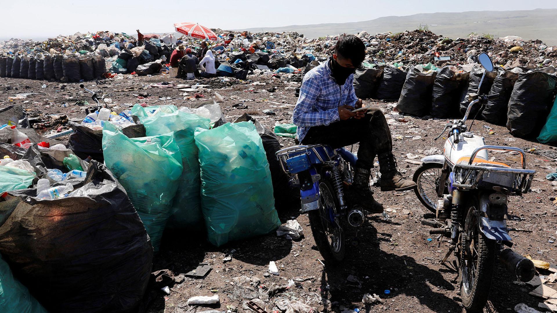 Un recolector de basura descansa en su bicicletaen un vertedero de Diyarbakir, Turquía (REUTERS/Umit Bektas)