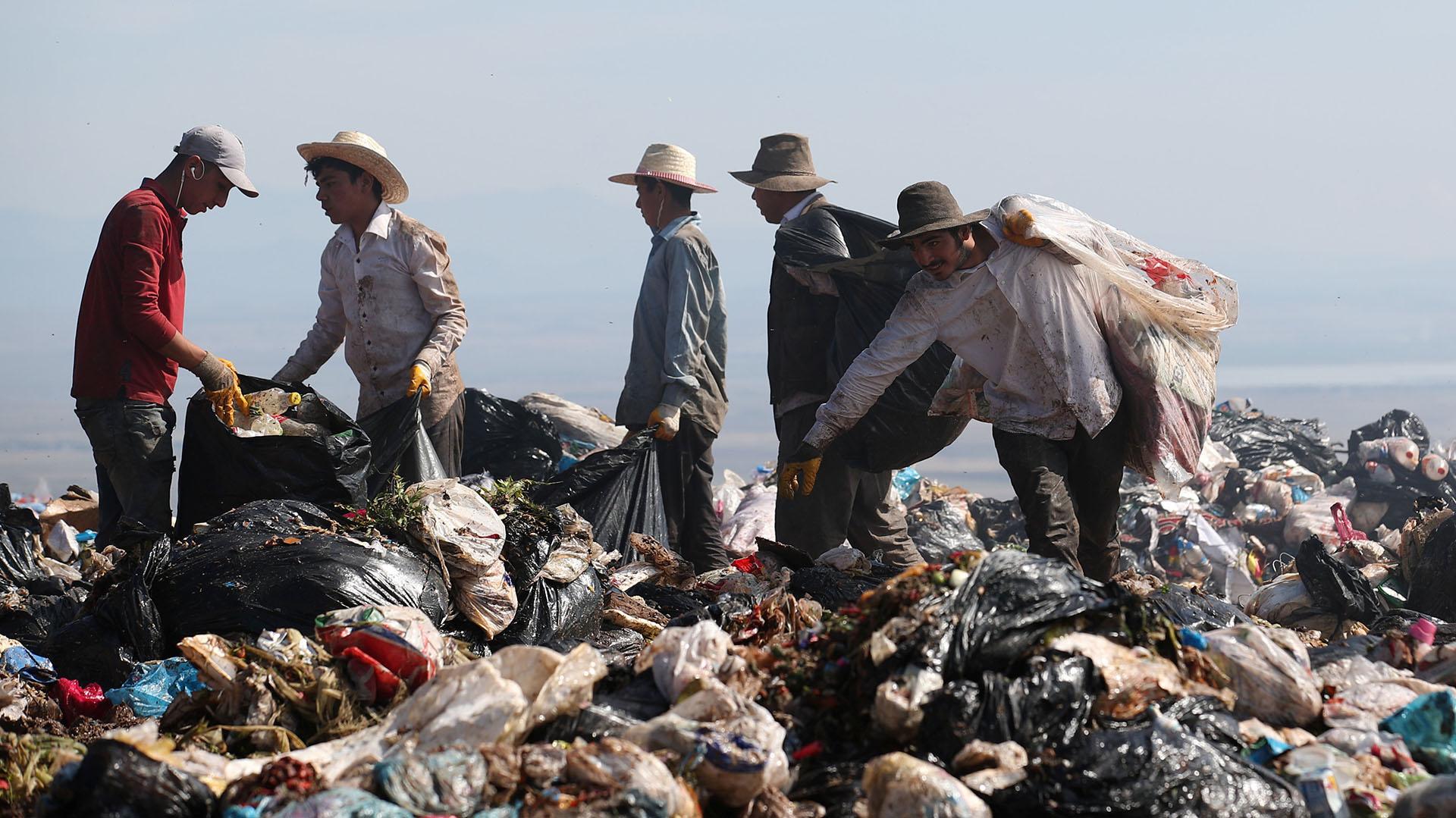 Recolectores de basura buscan deshechos reciclables en un vertedero en Diyarbakir, Turquía (REUTERS/Umit Bektas)