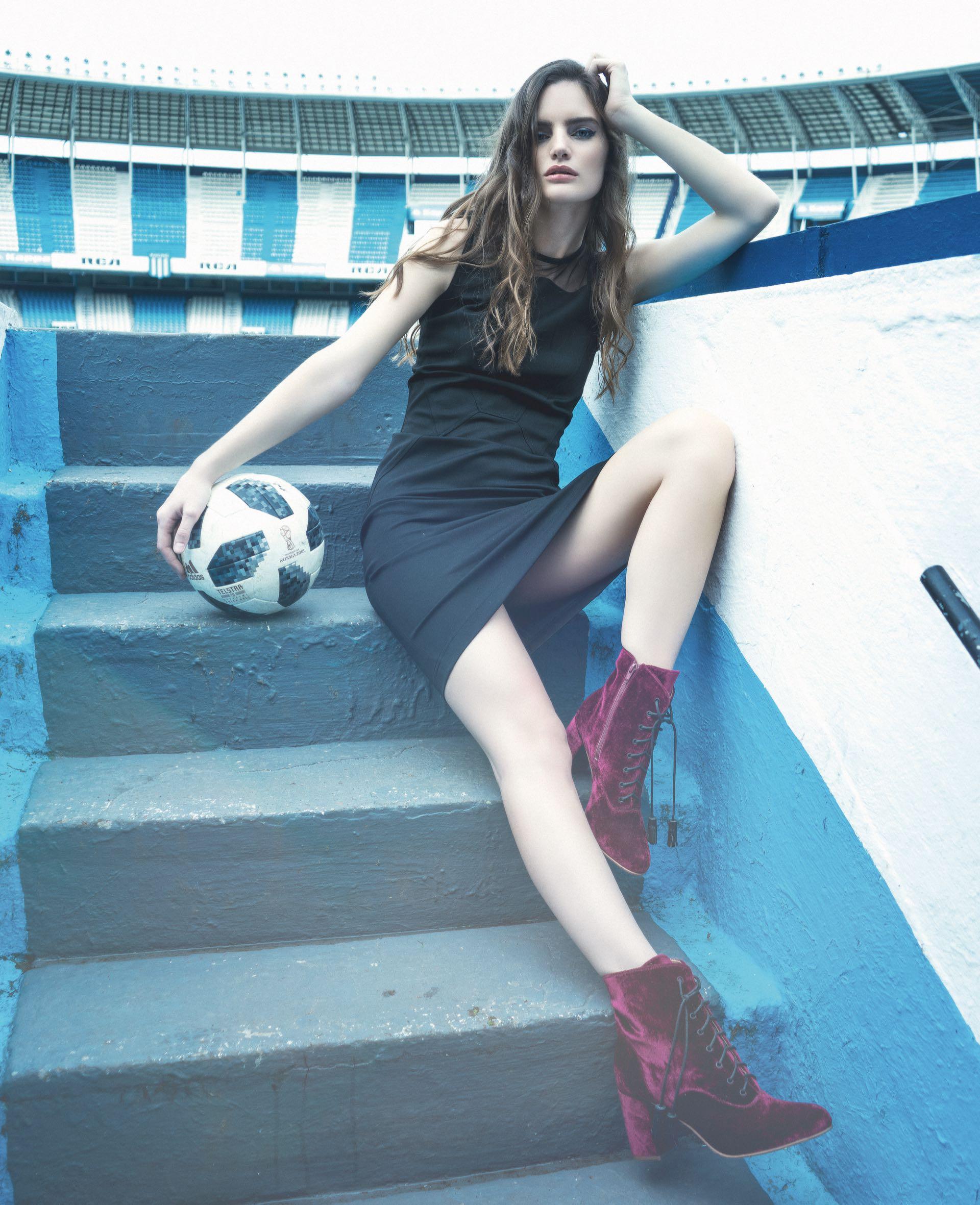 Vestido con transparencia($ 4.214, Calvin Klein) y botas de velvet ($ 6.900, Vitamina).