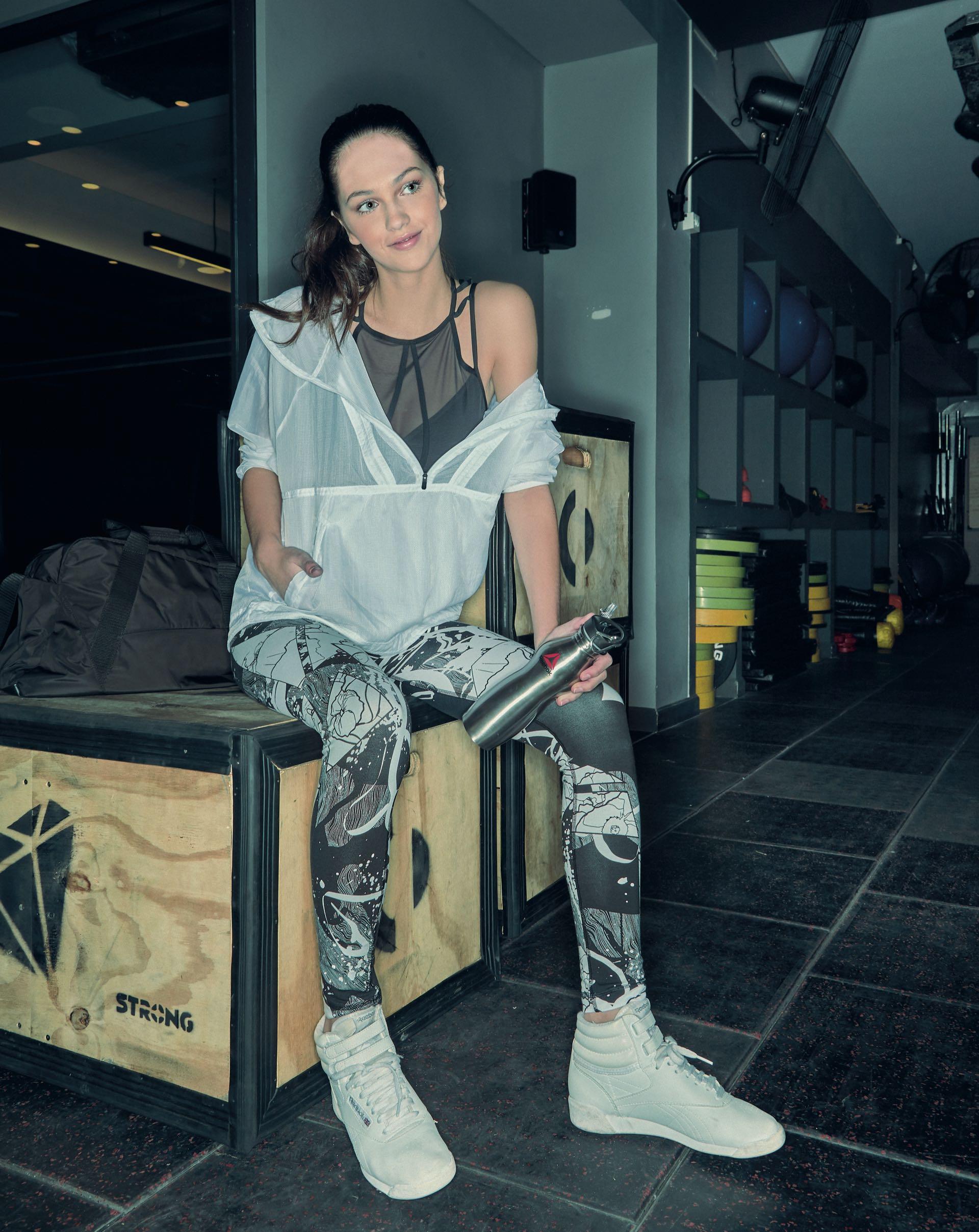REEBOK. Top con recortes ($ 899), campera con detalles de transparencias ($ 1.999), leggings estampadas ($ 1.199), zapatillas botitas ($ 1.849 ) y bolso de tela de avión ($ 1.199). (Foto: Juan Manuel Rodríguez/ Para Ti)