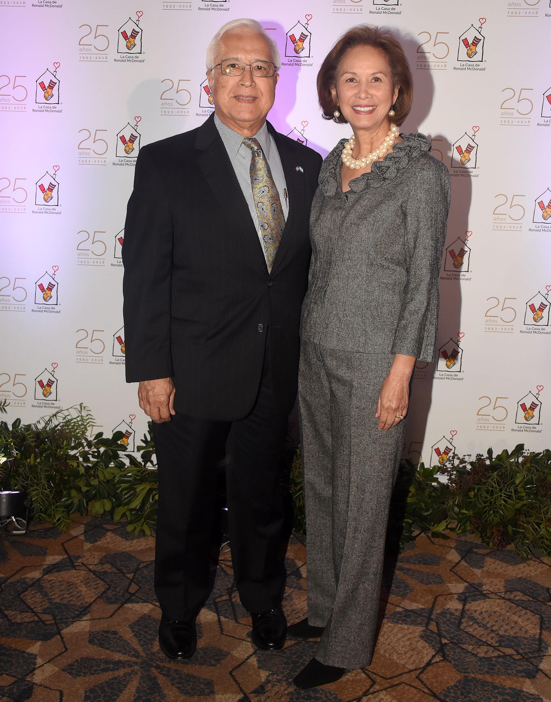 El embajador de los Estados Unidos en la Argentina, Edward Prado, y su mujer María