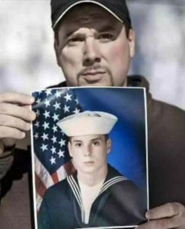 Heath Phillips, que ahora tiene 47 años, sostiene una foto suya de cuando estaba en la Marina a los 17 años (Francois Pesant/The Washington Post)