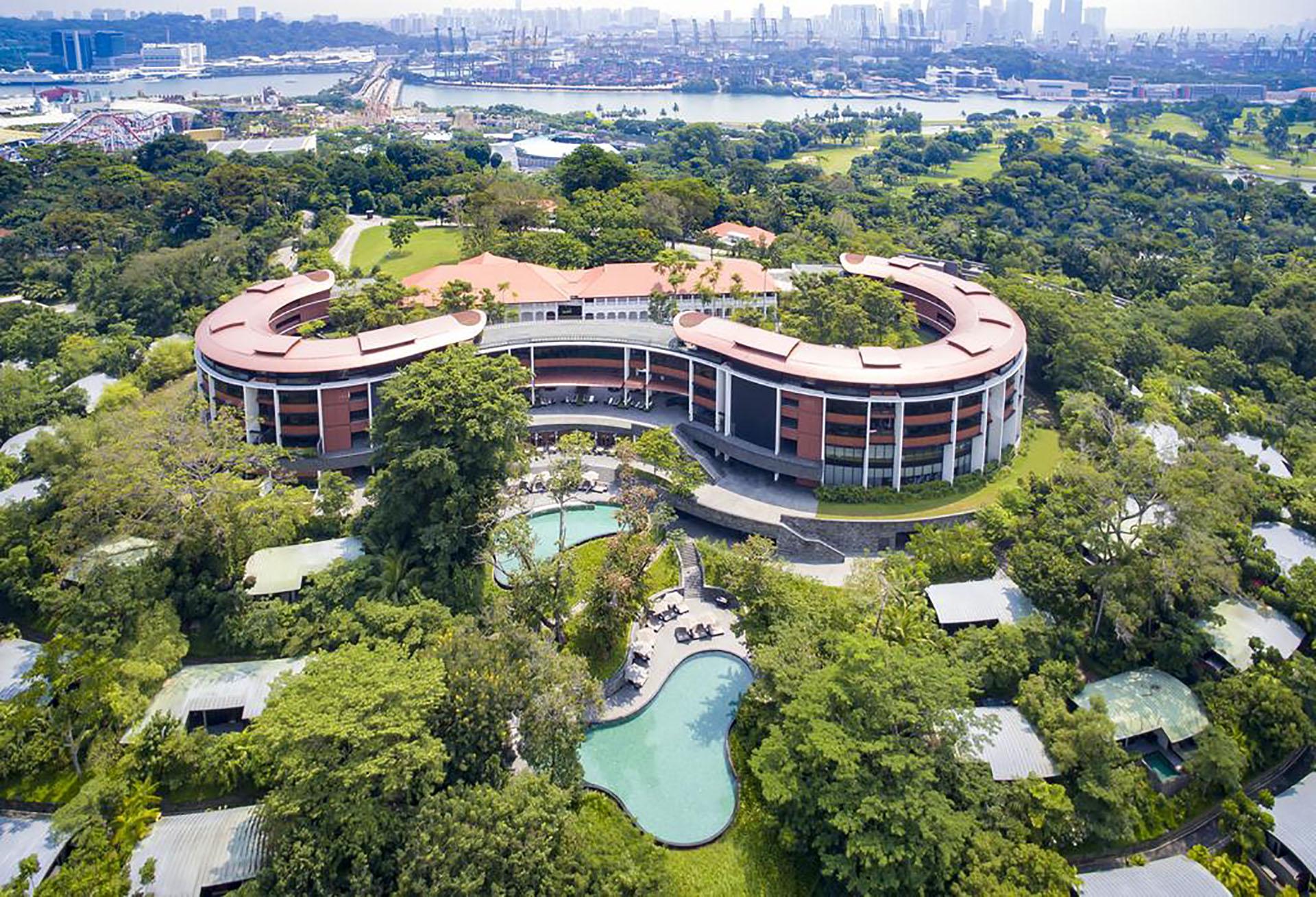 Este hotel de lujo está situado en medio de la selva tropical de la isla de Sentosa y cuenta con 3 piscinas al aire libre y un spa ganador de múltiples premios