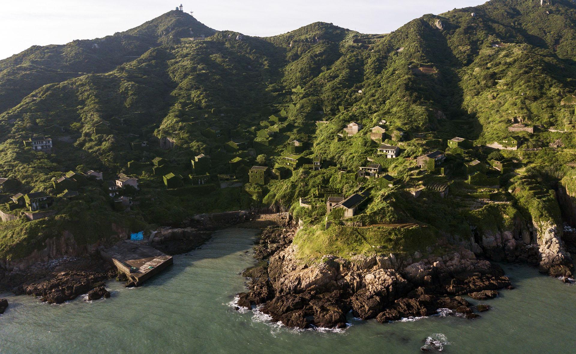 Olas de gran altura embisten la costa durante algunas temporadas al año, impiendo atracar a las pequeñas embarcaciones