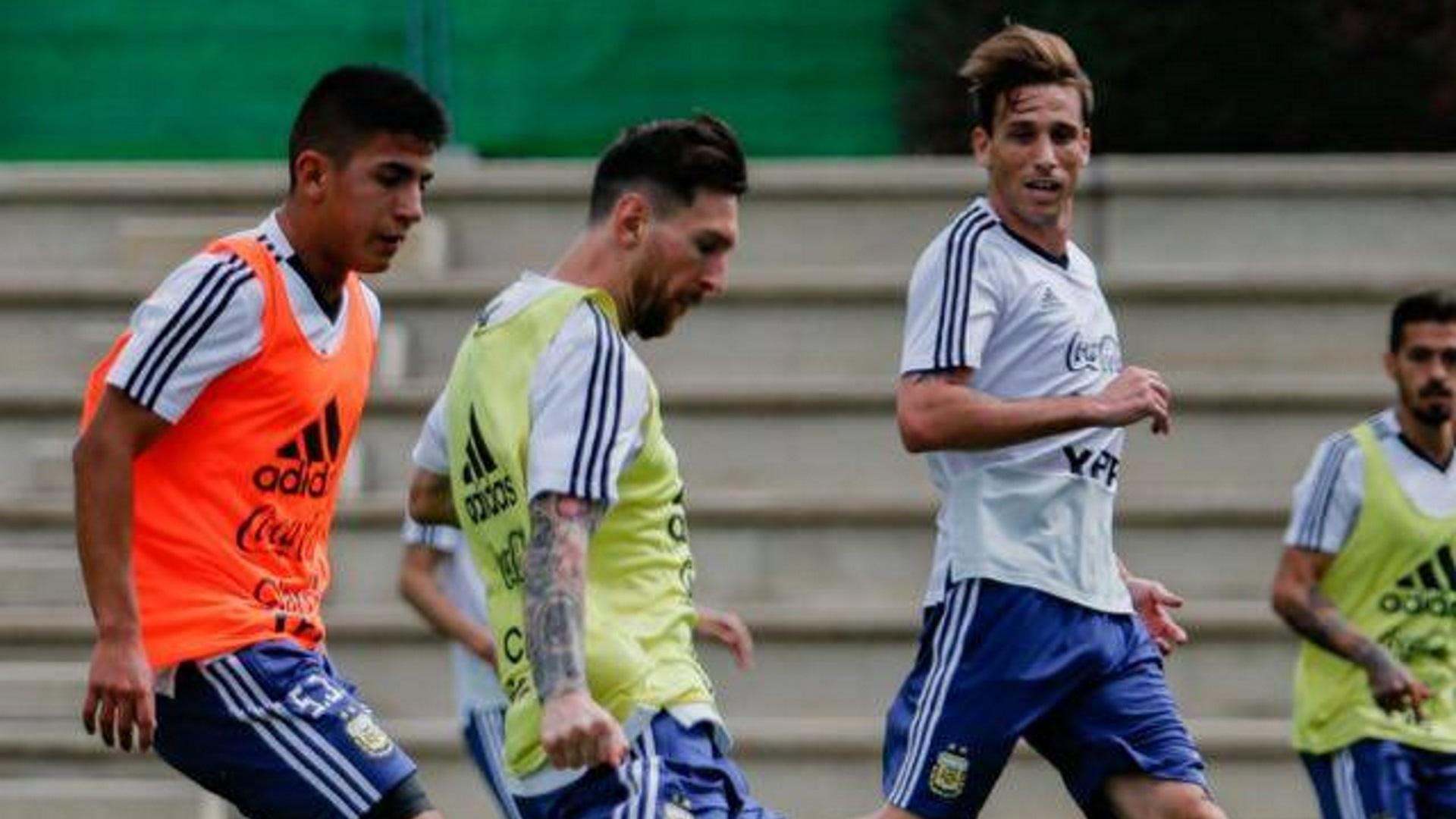 Thiago Almada marcando a Lionel Messi durante un entrenamiento (@thiago.almada10)