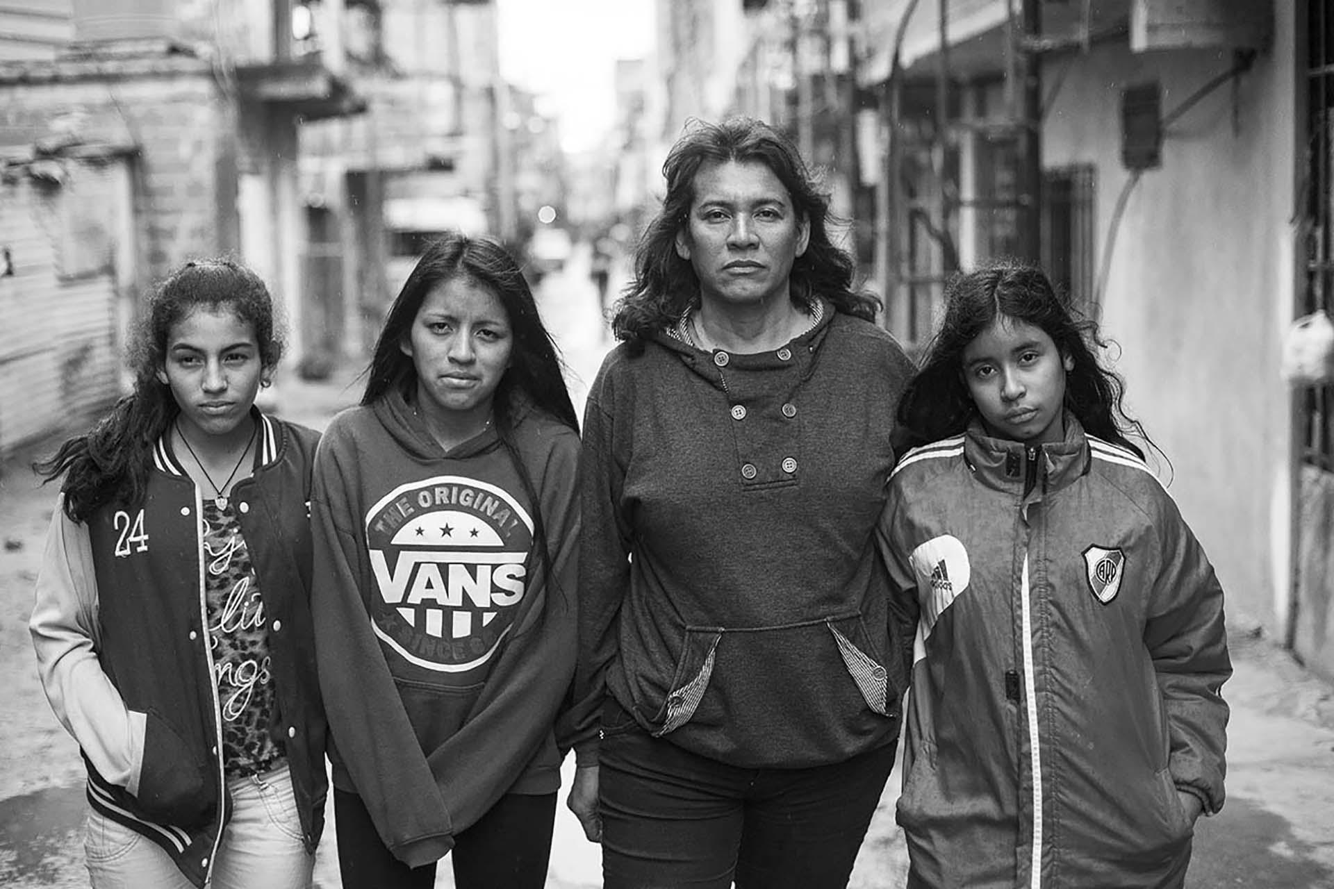 Cinthia Arroyo, bibliotecaria y activista por los derechos de las personas trans en la Villa 31 con sus tres hijas: Amira Ayelen, Nahir Daiana y Zamira Nahomi