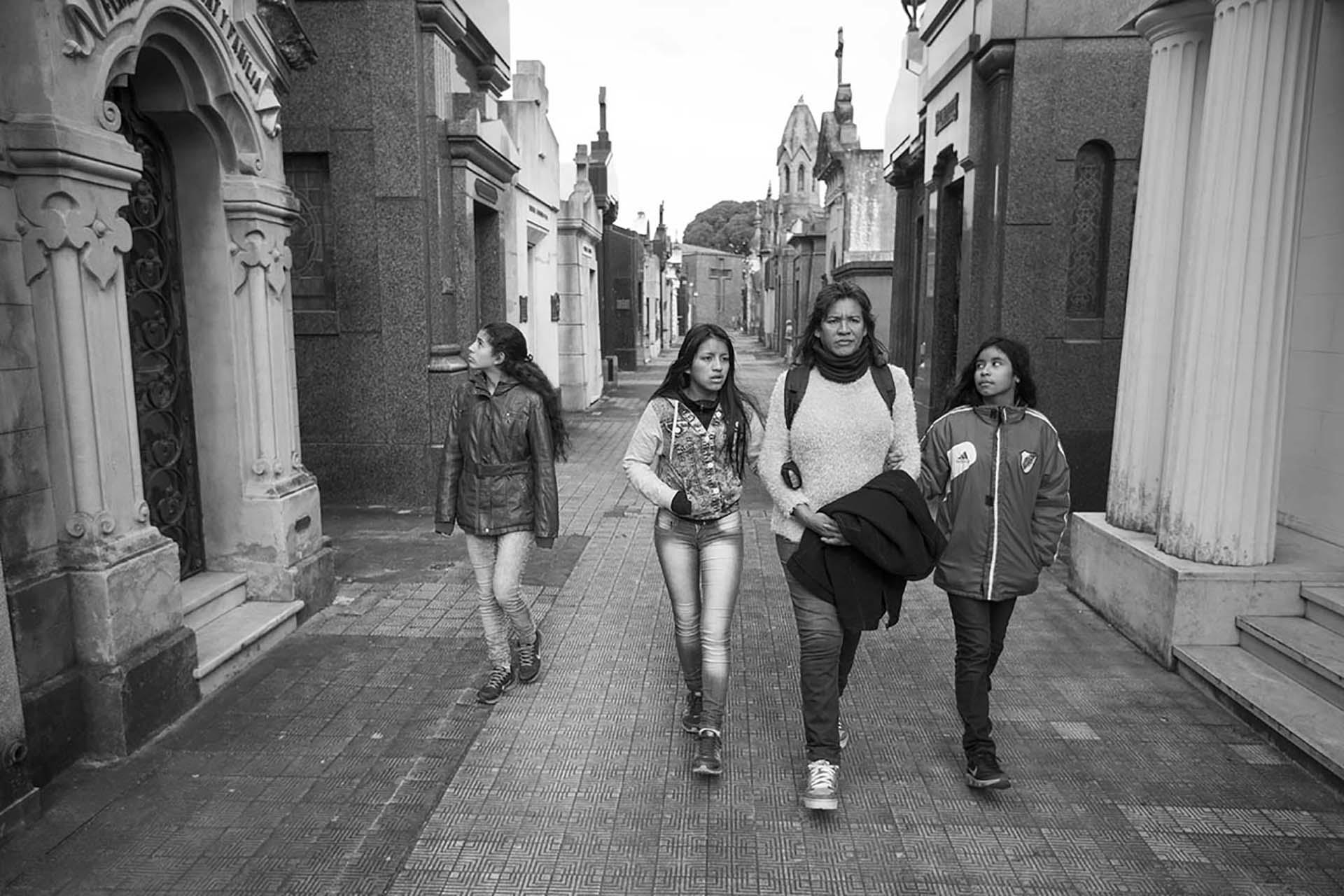 Cinthia y sus hijas en el Cementerio de Chacarita