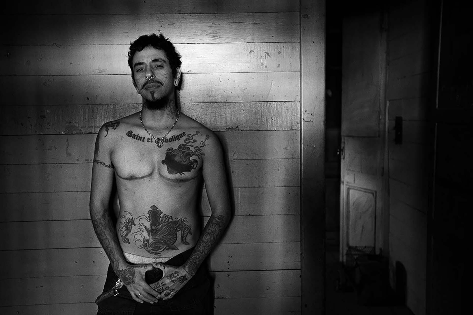 """Emmanuel Valentino Fernández es un varón trans que """"salió del closet"""" cuando tenía 30 años y atravesó una profunda transformación. Hoy trabaja como tatuador."""