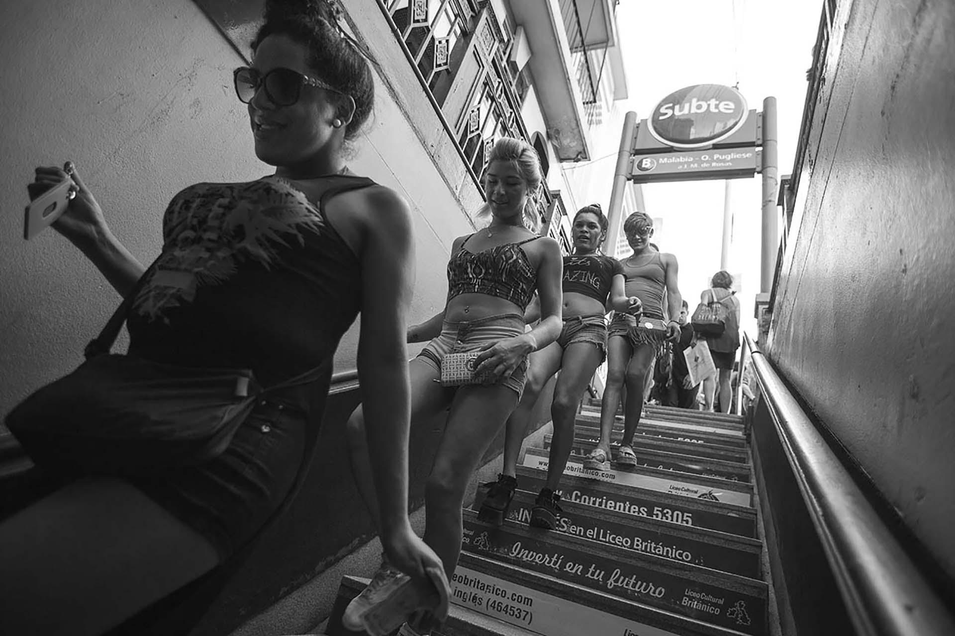 """Las chicas de El Gondolín yendo a clases al Bachillerato Popular Trans """"Mocha Celis"""", al lado de la estación de tren de Chacarita"""