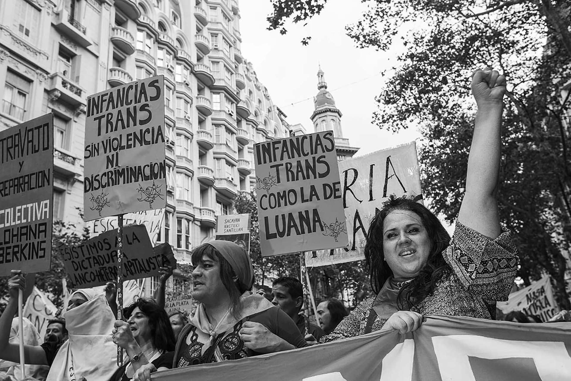 Florencia Guimaraes encabezando una manifestación