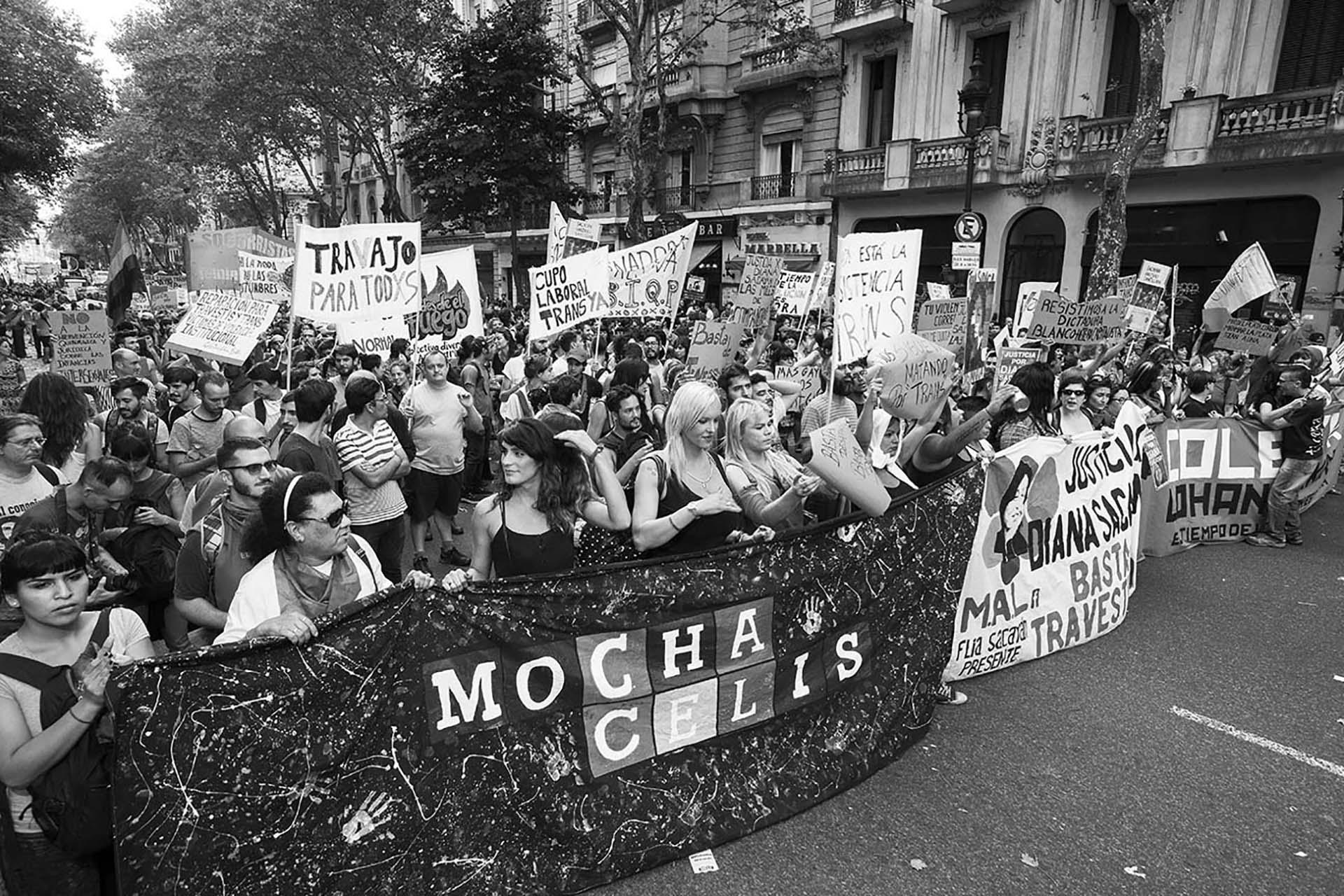La comunidad educativa del Mocha Celis, manifestándose por los derechos de las personas trans