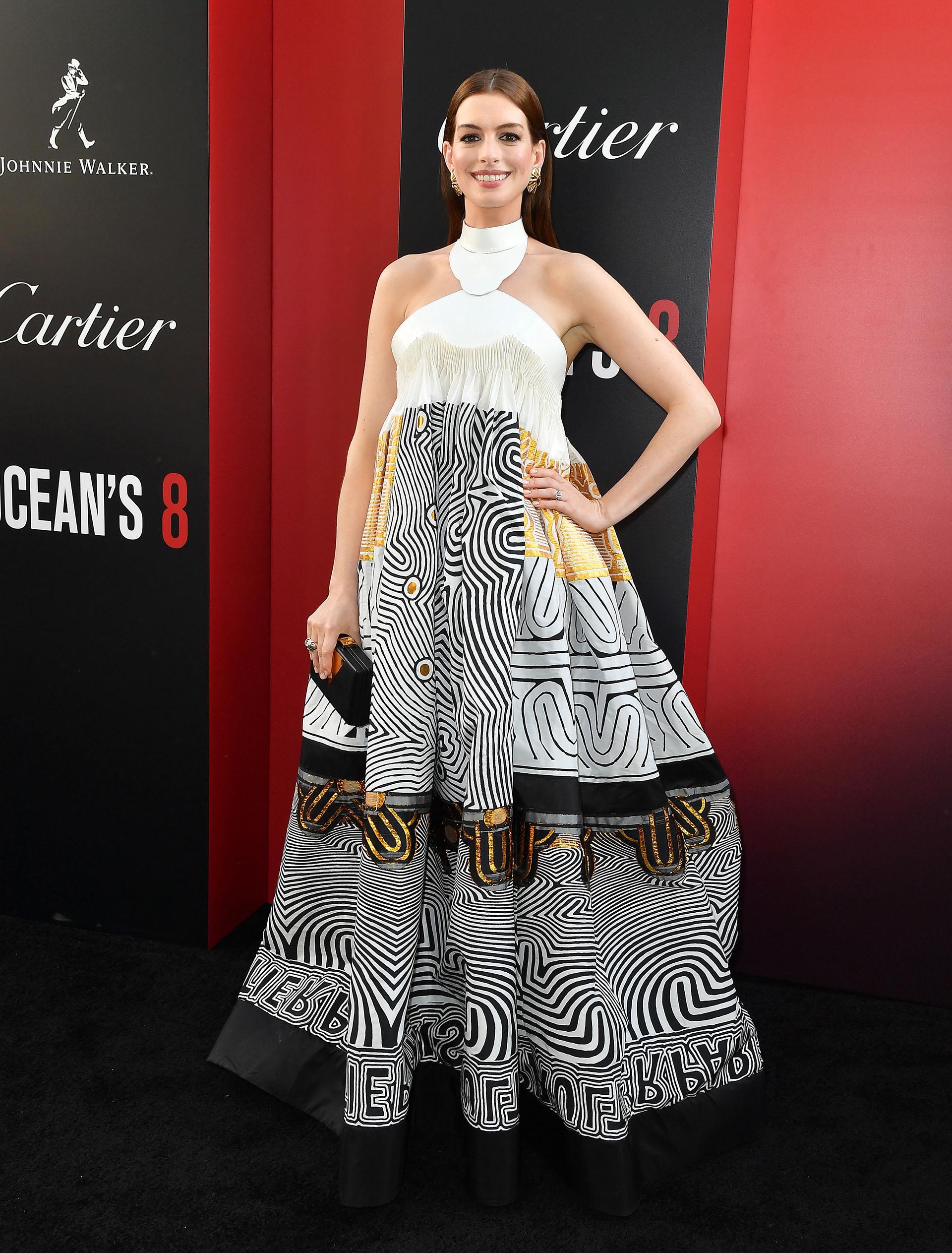 Anne Hathaway eligió un diseño amplio en blanco y negro, con detalles en oro y amarillo
