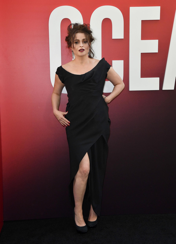 Helena Bonham Carter escogió un vestido de cóctel con apertura lateral