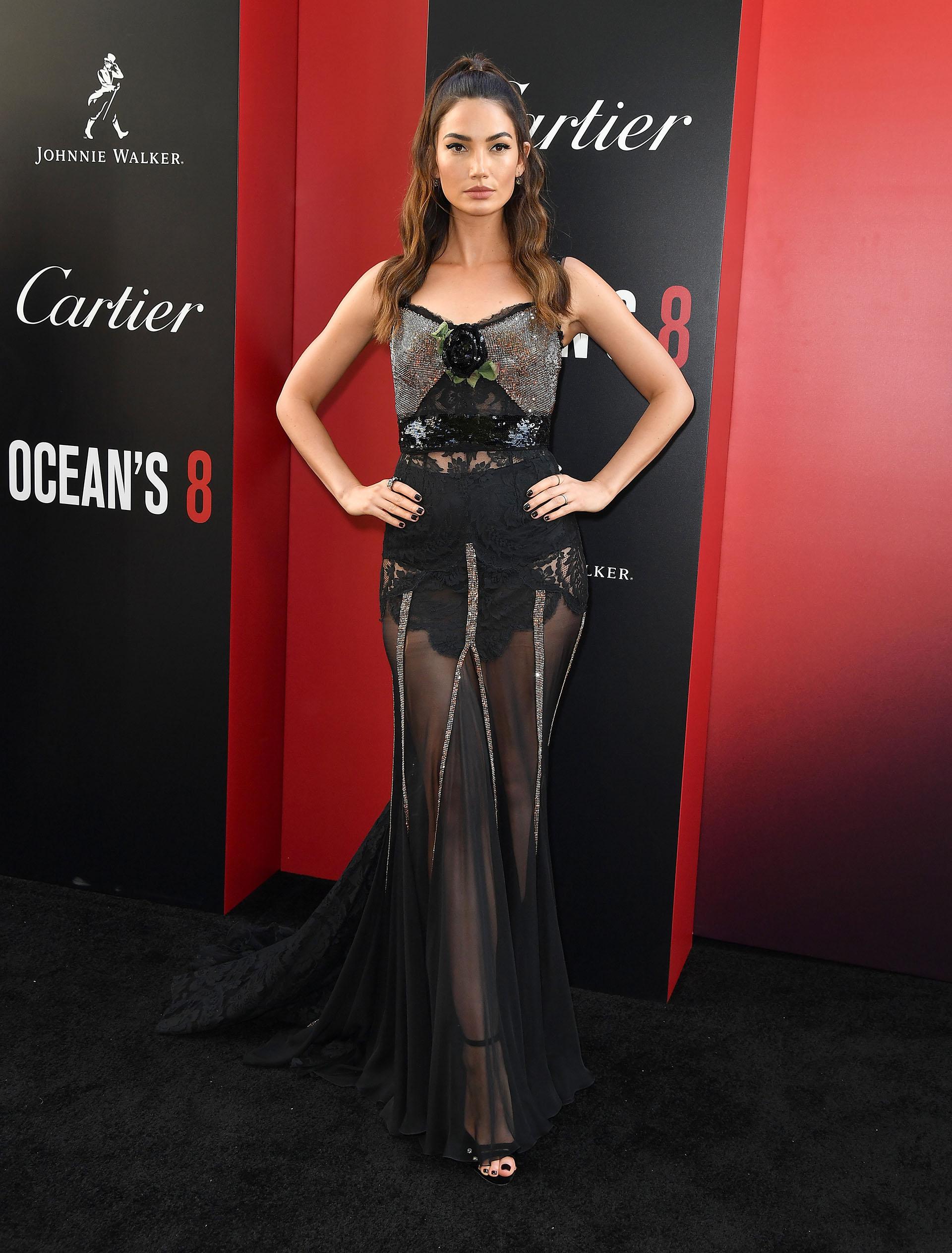 Lily Aldridge eligió las transparencias en un vestido largo y con cola