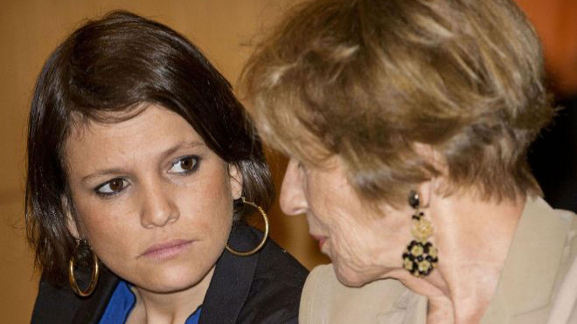 """María del Carmen e Inesita en la conferencia de Máxima. La chica se había recibido en la Universidad de Belgrano con un promedio de 9,50/10, según presentó en su currículum, sin embargo sentía que su hermana mayor era """"lo más"""" (Gentileza diario El Mundo)"""