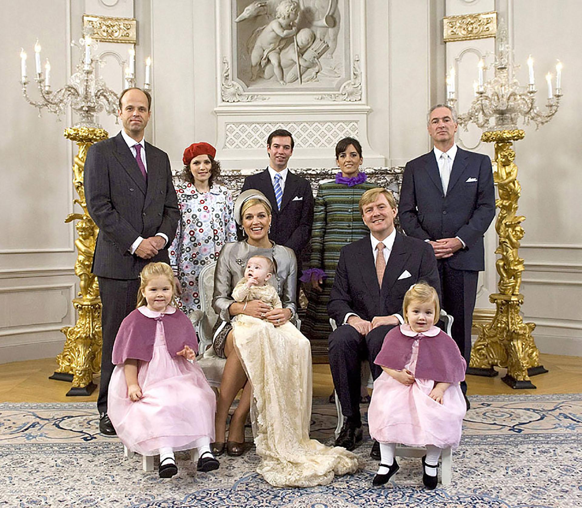 La foto oficial: Máxima, Guillermo, sus tres hijas -Amalia, Alexia y Ariadna- y los padrinos del bautismo