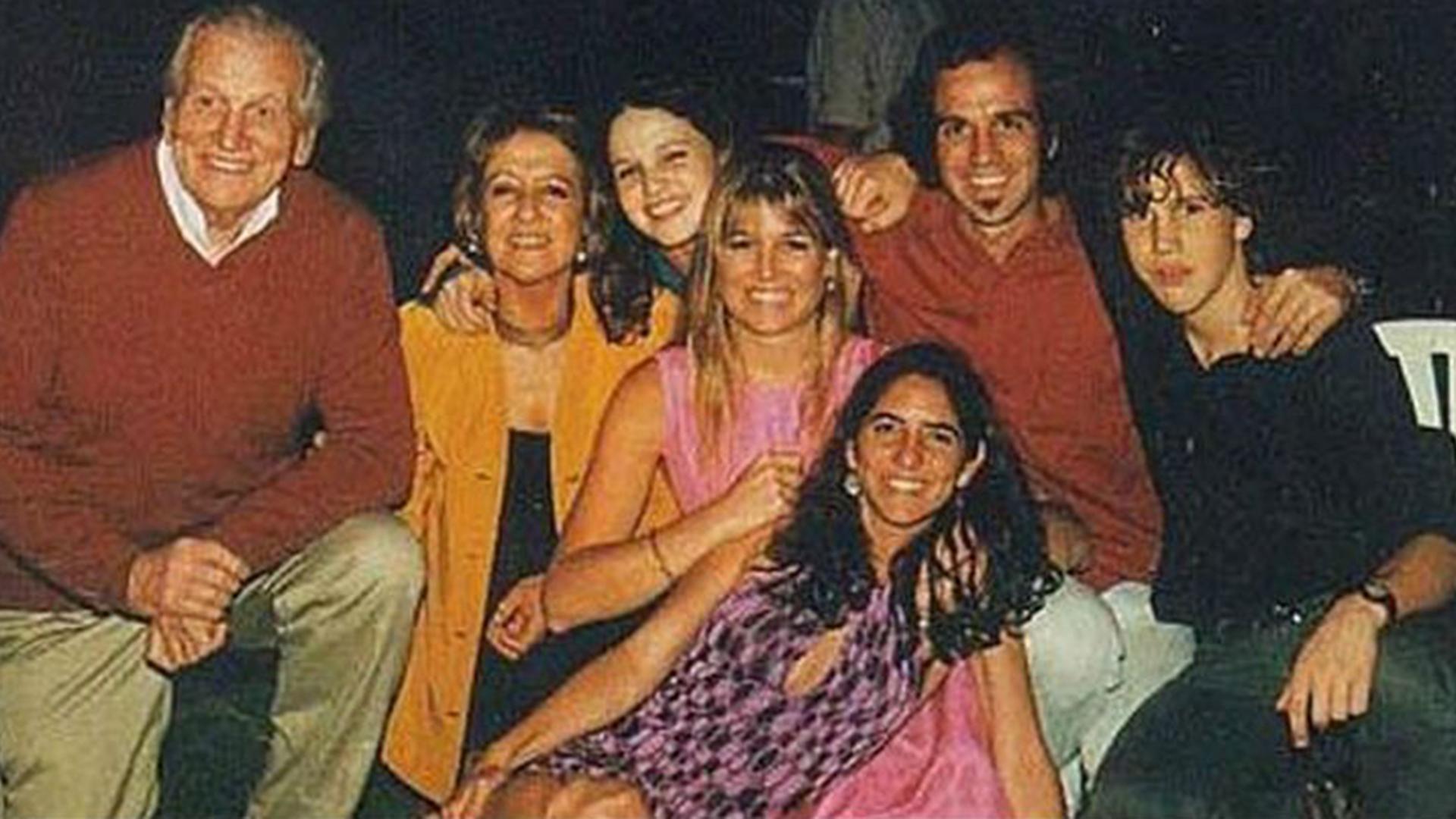 Jorge Zorreguieta, María del Carmen Cerruti, Inés, Martín y Máxima en una reunión familiar. Cuando Máxima conoció al príncipe Guillermo de Holanda, Inesita -como la llamaban en la intimidad- tenía 14 años. Fue cómplice de su hermana mayor y vivió el romance como un verdadero cuento de hadas