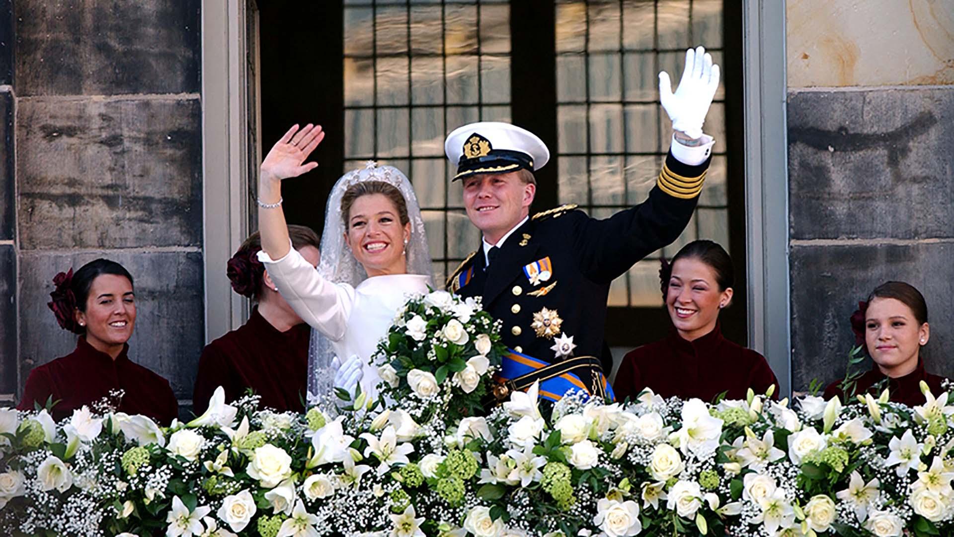En el balcón Máxima, ya princesa, saluda al pueblo de Holanda. Inés (la última a la derecha) cumplió perfectamente su papel y sorprendió a los miembros de la corona