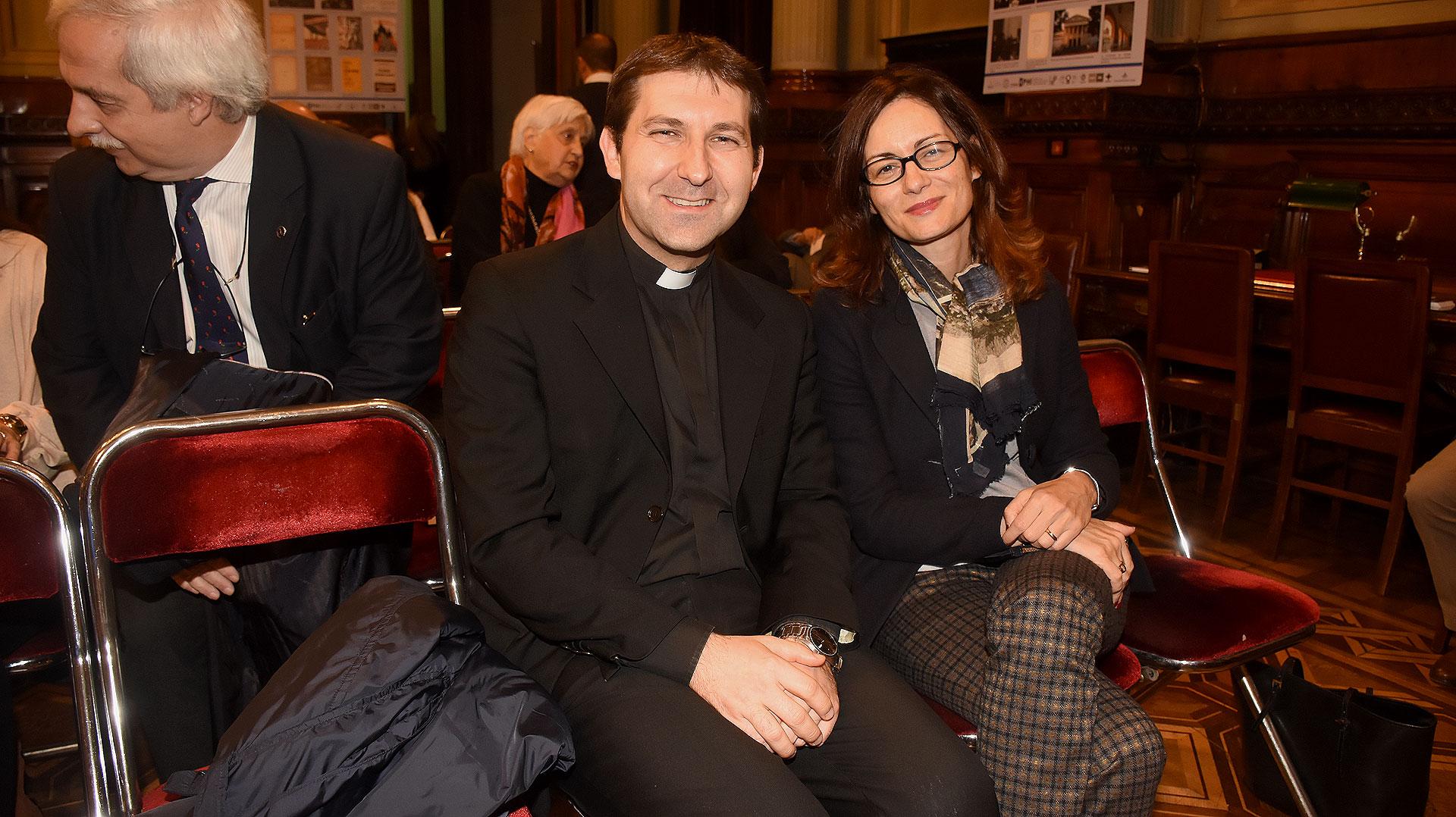 Monseñor Vicenzo Turturro, encargado de negocios de la nunciatura apostólica y Alma Hado Manzo, esposa del embajadora italiano en Buenos Aires