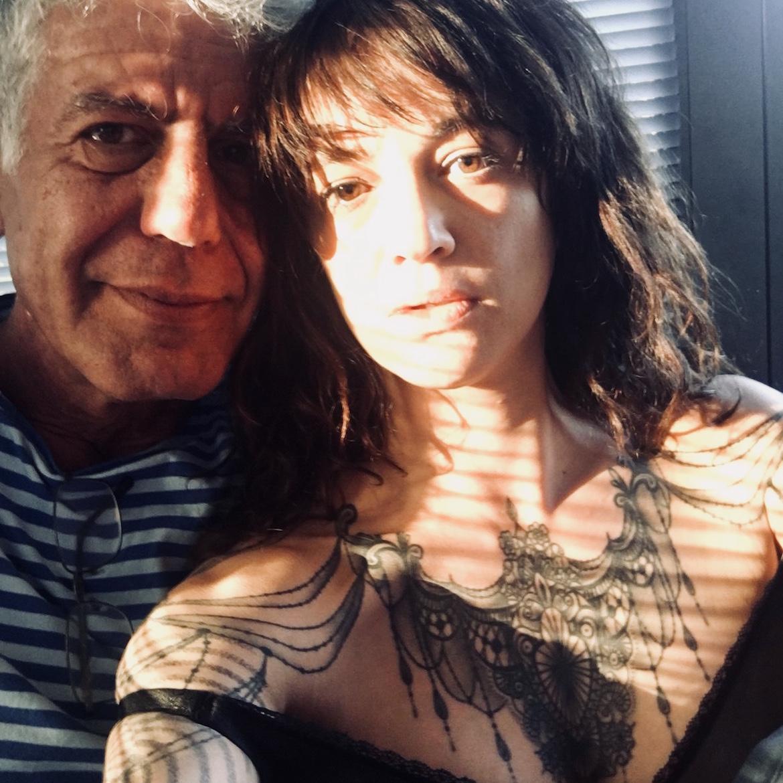 """Tras conocerse durante la grabación de un episodio de Parts Unknown en Roma, Bourdain y Argento se volvieron inseparables. """"Somos dos fenómenos de circo"""", compartió la estrella de CNN"""