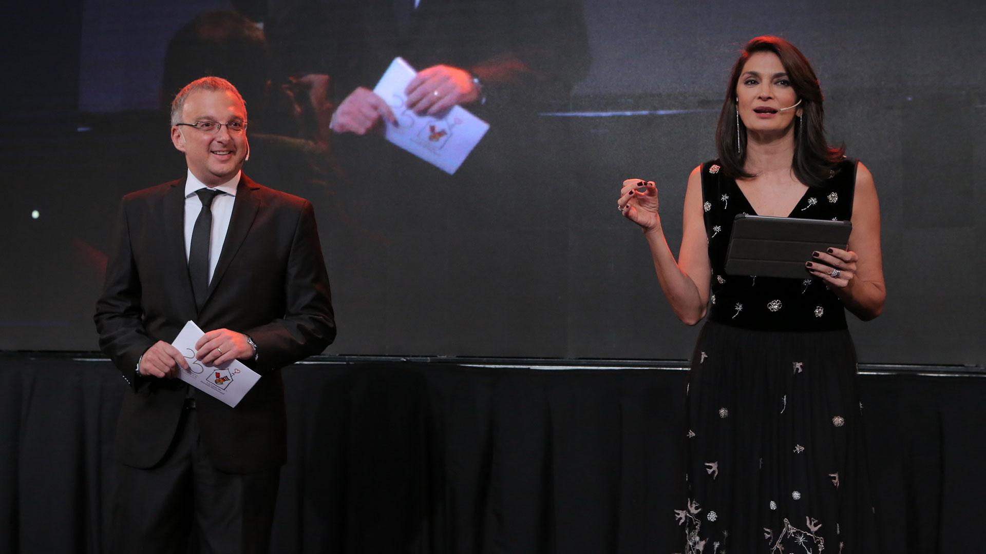 Mariano Yezze y Mariana Arias durante la conducción de la cena