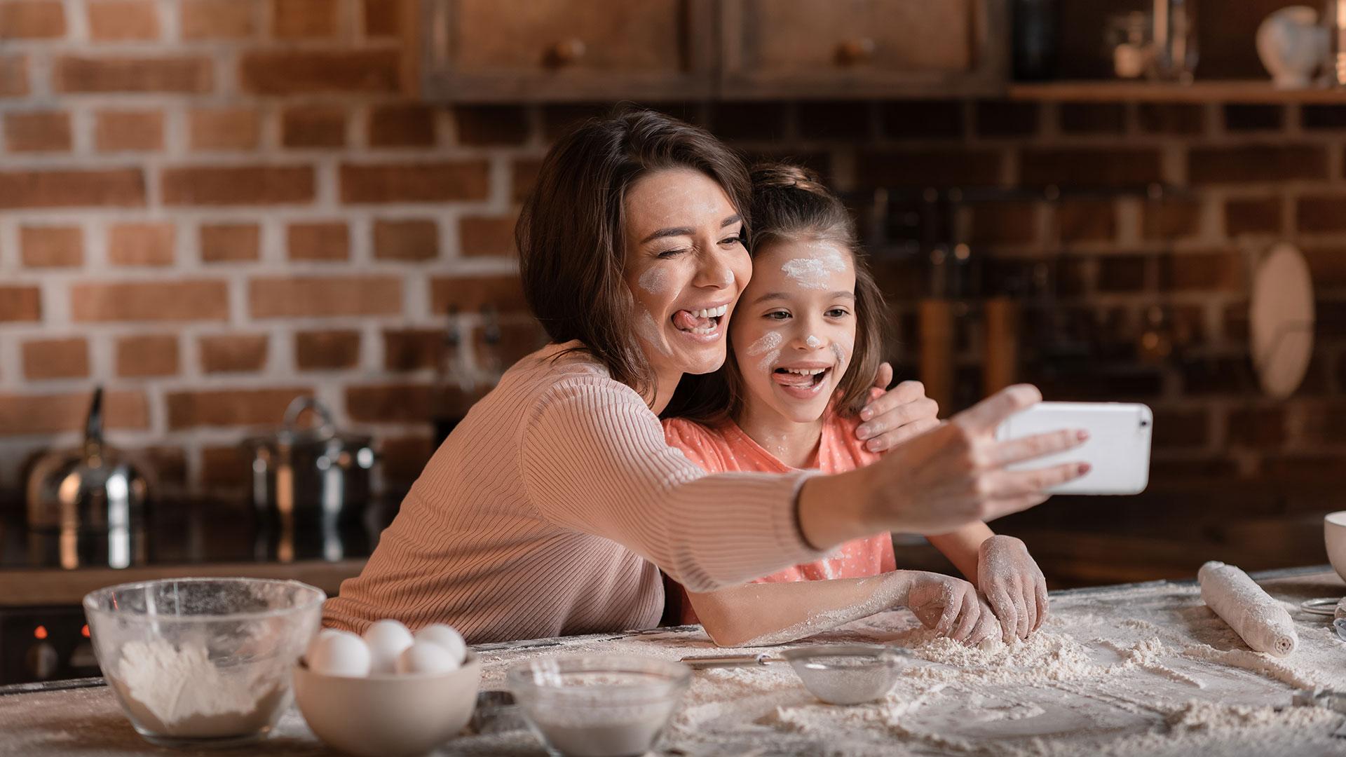 La inserción de la mujer en el campo laboral la alejó de sus pares a la hora de criar a los hijos (Getty)