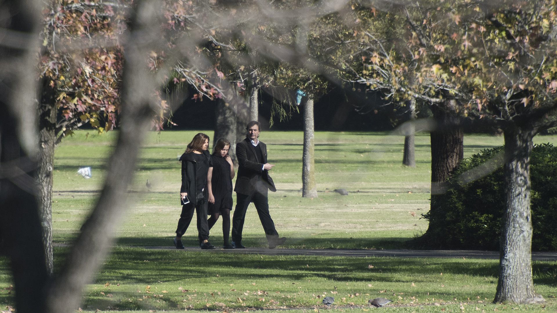 Los amigos de Máxima e Inés se mantuvieron alejados de la decena de fotógrafos de agencias de todo el mundo que se ubicaron en la entrada del cementerio Parque Memorial de Pilar