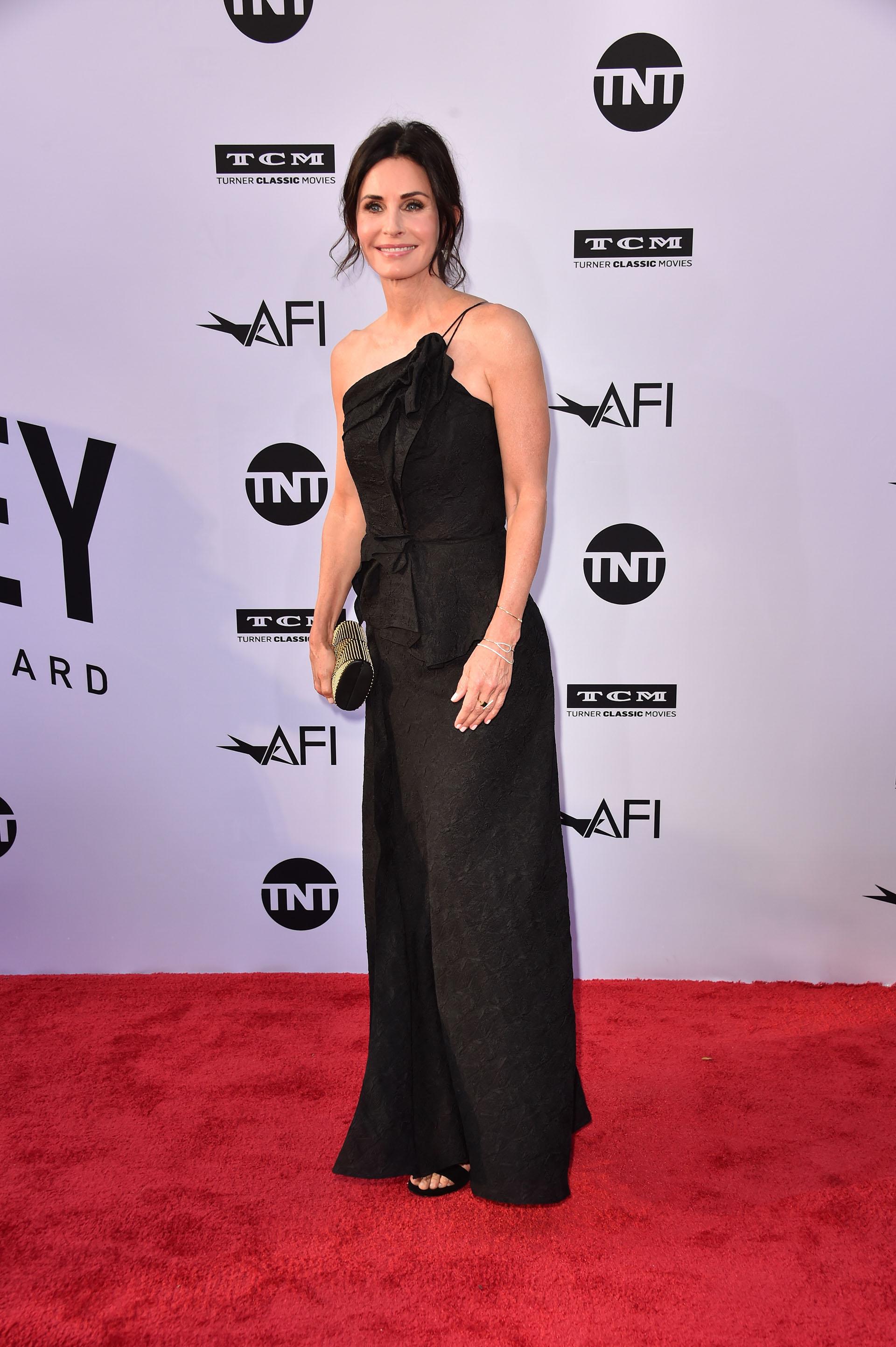 Courteney Cox también se decantó por un vestido de gala negro