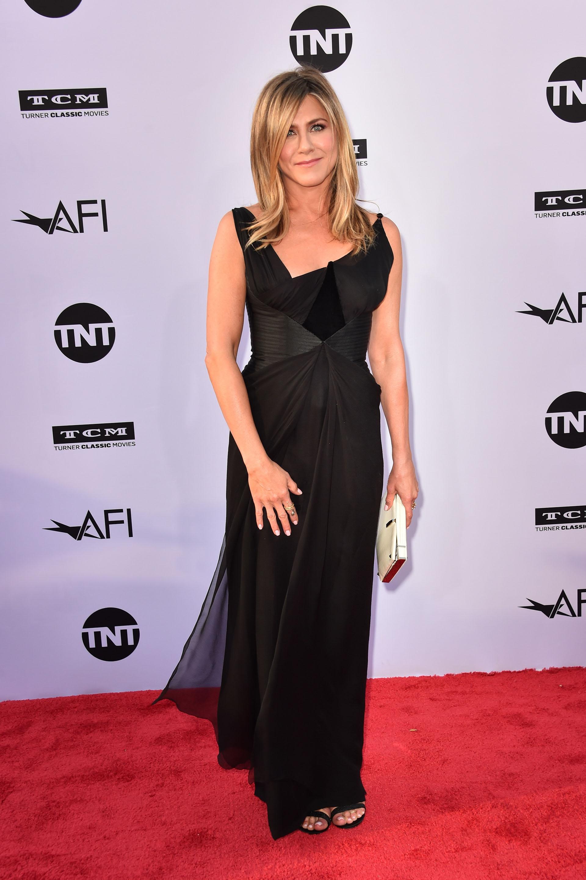 Jennifer Aniston eligió un vestido con falda en capas y escote irregular
