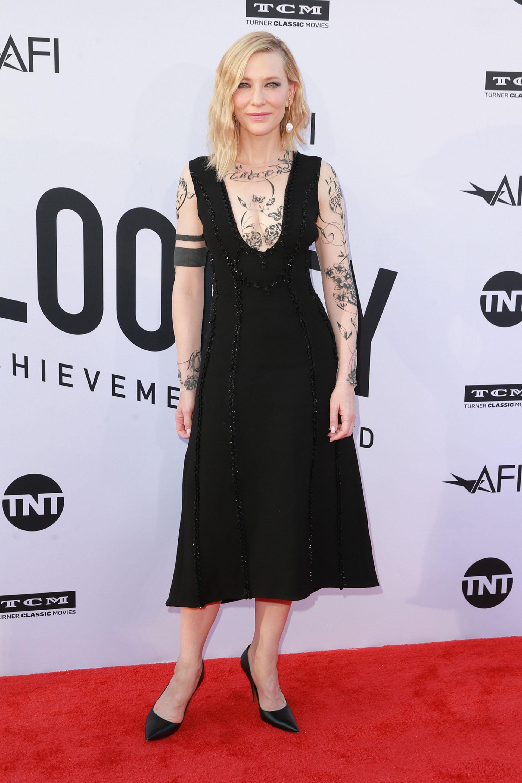 Cate Blanchett lució un diseño con pollera por debajo de la rodilla y con mangas que simulaban tatuajes